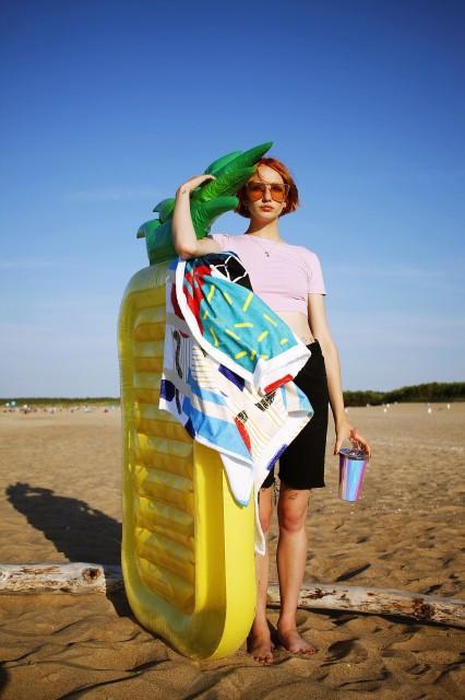 Ręcznik z nadrukiem jednostronnym.  Strona bawełniana pochłania wilgoć, a poliestrowa służy do zadruku. Idealny nad morze i do domu. Nie prasować.