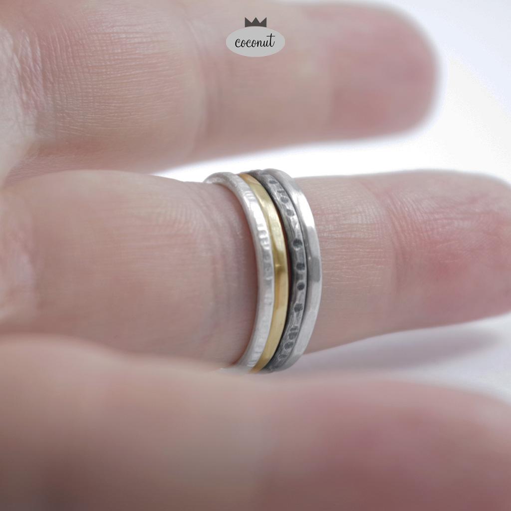 """Komplet 4 grubych obrączek ze srebra 925/930 oraz mosiądzu, o szerokości ok. 1,7 mm.Mix obrączek fakturowanych, satynowanych.po zakupie prosimy o podanie rozmiaru (lub rozmiarów - zrealizujemy dowolną kombinację rozmiarów).Możliwe jest zamówienie obrączek w innej konfiguracji - cena wg klucza 90 zł / szt.W razie chęci zamówienia innego układu obrączek - prosimy o kontakt.Istnieje także możliwość pozłocenia obrączki mosiężnej - tak, aby nie traciła blasku (mosiądz ciemnieje podobnie jak srebro, można oczywiście wyczyścić samodzielnie ciemny nalot) - cena złocenia +25 zł /szt.Oksydowanie polega na pokryciu srebra chemicznie ciemną warstwą tlenku srebra, warstwa ta jest nietrwała z natury i z czasem się wyciera (nie brudzi odzieży ani ciała), oksydowanie produktu ze srebra można powtórzyć, kiedy się wytrze i jeśli chce się odnowić efekt """"czernienia"""".Uwaga: obrączki wykonywane są na zamówienie - na podstawie podanego rozmiaru, Czas realizacji może wynieść do 14 dni."""