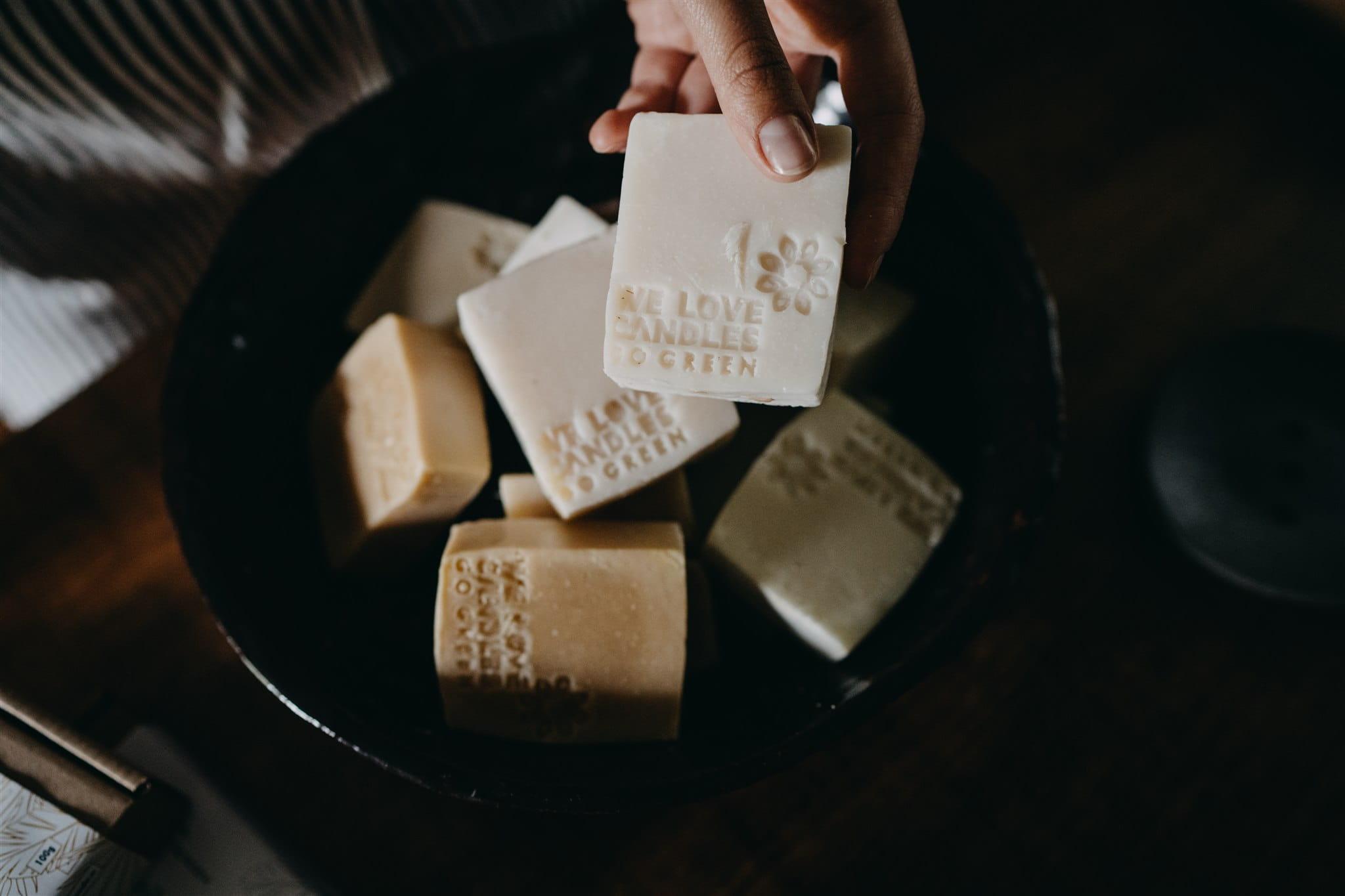 Jesieniara Ziołowe mydełko Jesieniara stworzone z mieszanki olejów i naparu z ziół. W składzie tego mydła znajdziemy wiele drogocennych olejów: babassu, rzepakowy, słonecznikowy oraz oliwę z oliwek. Do tego ich działanie jest wzbogacone masłem shea i naparem z ziół: melisy, rumianku i pokrzywy. Kostka barwiona jest jęczmieniem. To połączenie składników daje wyjątkowe mydło o działaniu silnie kojącym, łagodzącym podrażnienia i normalizującym. Zastosowane oleje są bombą witaminową, która nie tylko nawilży skórę, ale także ją odżywi, zregeneruje i uodporni na działanie zewnętrznych czynników. Mydło pachnie ziołowo, wycisza nie tylko cerę, ale też zmysły. Wskazanie do stosowania: cera podrażniona, przetłuszczająca się, trądzikowa. Działanie: koi, łagodzi podrażnienia, normalizuje. Metoda wytwarzania: na zimno. Baza Mydła tworzone metodą na zimno należą do kategorii mydeł pielęgnacyjnych. Każde z mydeł musi 4 tygodnie leżakować zanim trafi w Twoje ręce! Dzięki temu wszystkie składniki nabie