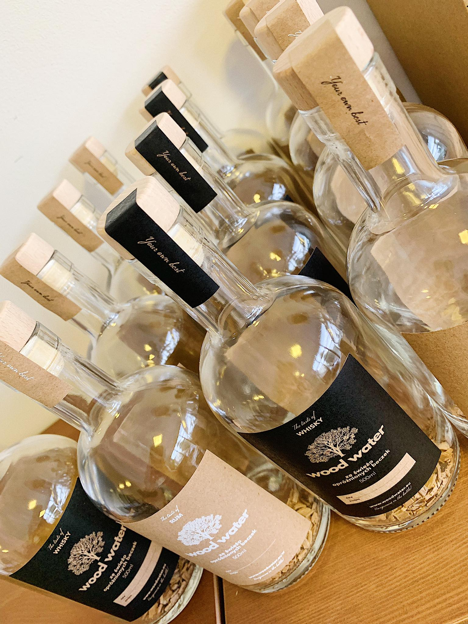 Wood Water to elegancki, smaczny i intrygujący pomysł na prezent! Wyróżnia się również prostotą – płatki wystarczy zalać dowolnie wybranym alkoholem i od tego momentu możemy obserwować zmieniający się kolor i poczuć oryginalny smak oraz zapach. Płatki drewniane są uzyskiwane w procesie rozdrobnienia świeżo opróżnionych beczek dębowych, które przesiąknęły leżakującym w nich alkoholem. Posiadają one doskonały aromat, dzięki czemu łagodzą zapach czystego alkoholu i dodatkowo nadają mu oryginalnego koloru. W prezentowanym zestawie oferujemy duet eleganckich butelek z drewnianymi płatkami pozyskanymi z dębowych beczek po whisky/rum/bourbon, które wystarczy zalać czystym alkoholem by uzyskać nietuzinkowy efekt. W zestawie: 2 butelki o pojemności 500 ml każda, płatki drewniane pozyskane z dębowych beczek po whisky/rum/bourbon, instrukcja obsługi, ozdobne opakowanie. Własnoręcznie zapakowany przez nas produkt zostanie do Ciebie przesłany w wyjątkowym pudełku. Dokładamy wszelkich starań, aby na