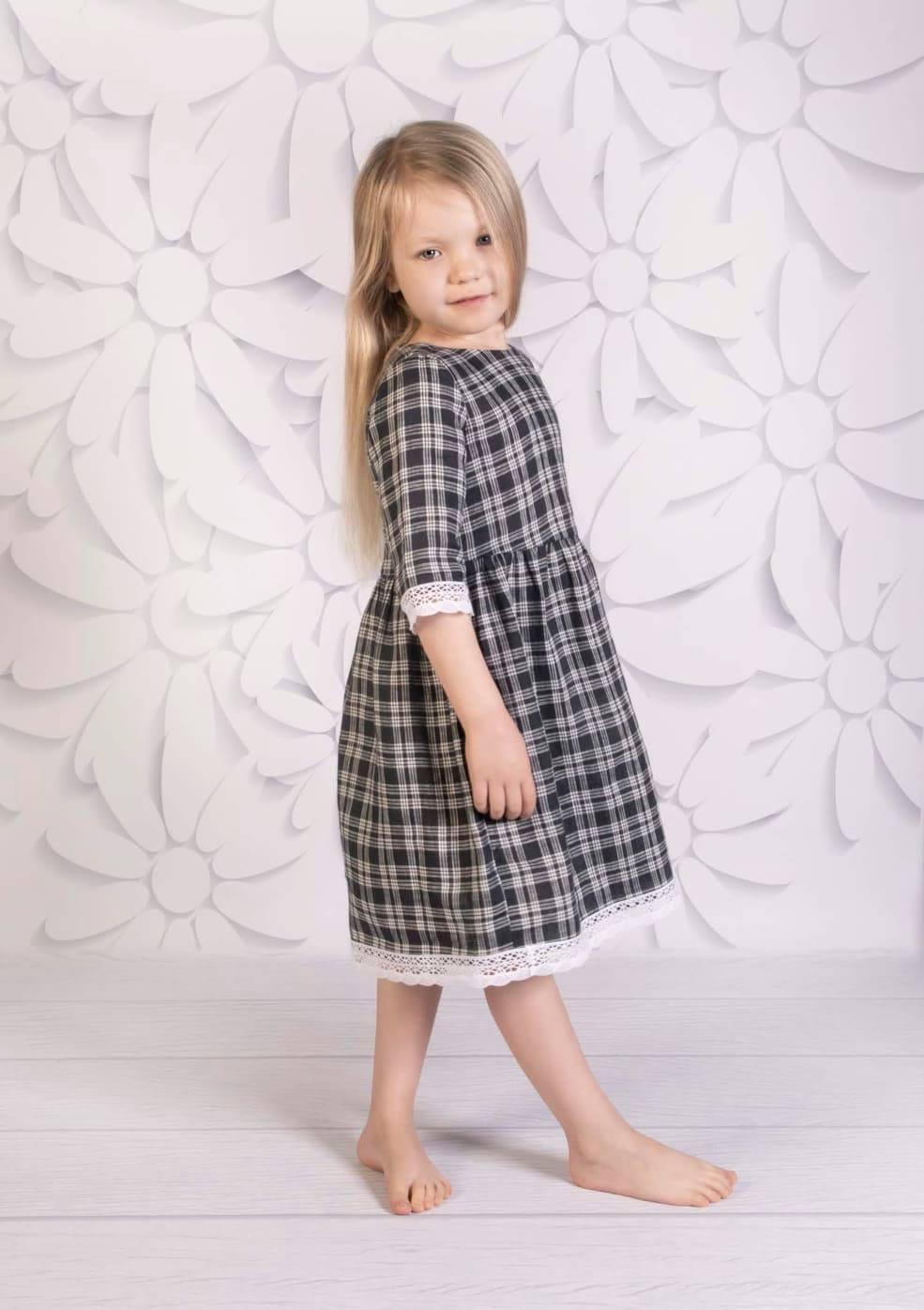 Sukienka dla dziewczynki z laninego materiału w czarno białą kratę z ozdobną koronką na dole sukienki oraz na rękawach. Uszyta w naszej rodzinnej pracowni krawieckiej, została wykonana ze szczególną dbałością o najdrobniejsze szczegóły. Takie jak profesjonalne odszycia kołnierzyka, wykończenia bawełnianą taśmą szwów oraz ręcznie doszywane guziki. Uszyta ze 100% lnu. Sukienka dostępna jest w kilku rozmiarach oraz wersjach kolorystycznych. Jeżeli chcesz aby Twoje dziecko nosiło przepięknie odszyte sukienki musisz koniecznie zamówić jedną z nich. Jeżeli spodobała Ci się sukienka a nie widzisz rozmiaru pasującego na Twoje dziecko, napisz do nas chętnie uszyjemy ją w odpowiednim rozmiarze.