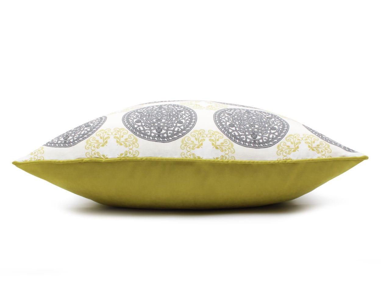 Poduszka dekoracyjna z ornamentami to propozycja zarówno dla miłośników klasyki, jak i dla wielbicieli nowoczesnych wnętrz. Okrągłe zielone i czarne ornamenty na białym tle poszewki prezentują się świetnie. Całości dopełnia jasnozielona lamówka. Poduszka jest wyjątkowo elegancka. Kolor: Wielokolorowy Dostępne rozmiary : 40x60 cm - pasuje do niej wkład jedwabny 45x65 cm 60x60 cm - pasuje do niej wkład jedwabny 65x65 cm Tkanina: Poliester, bawełna Wymiary produktów wykonanych z tkanin objęte są tolerancją w granicach +/- 2 cm na długości i szerokości.