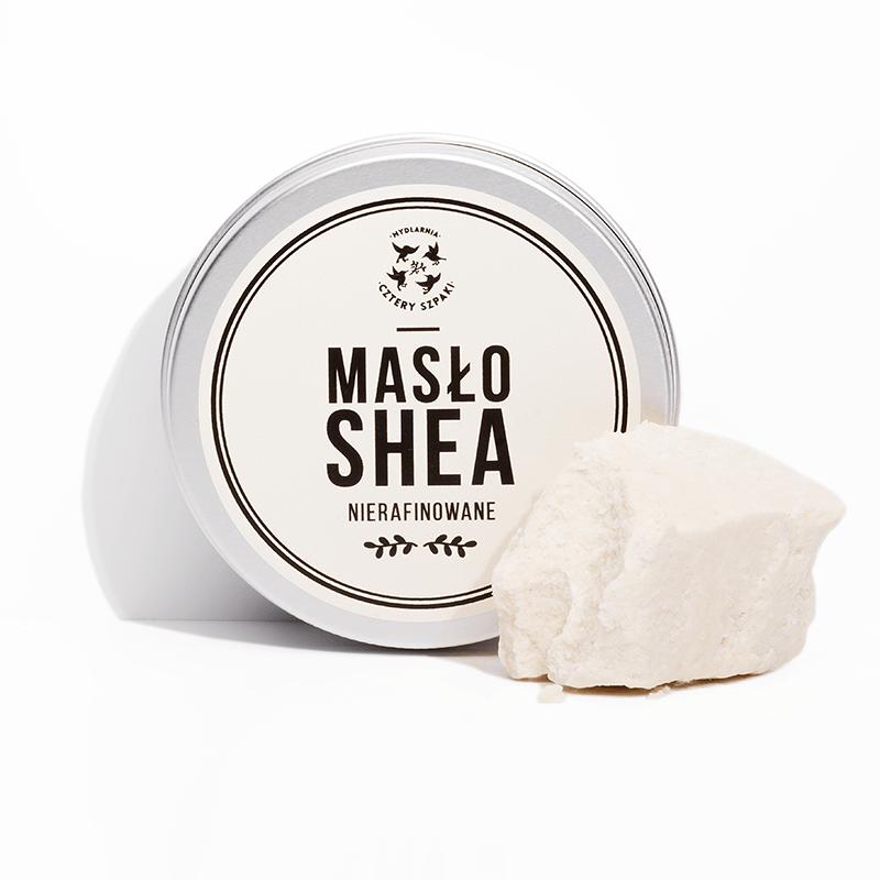 Masło Shea, zwane czasem również masłem karité to olej otrzymywany z nasion drzewa masłowego. Naszym zdaniem Masłosz Parka - bo tak uroczo temu drzewu na imię - powinien zostać ozłocony i czczony po wsze czasy. Dlaczego - spytacie. Ano dlatego, że to, co robi ze skórą pozyskiwane dzięki jego niezwykłej uprzejmości i szczodrości masło Shea, to jest po prostu coś niesamowitego. Pozostawia ją doskonale odżywioną, ujędrnioną i przyjemnie napiętą. Działa ochronnie i regenerująco. Sprawia, że staje się miękka i doskonale wygładzona. Mało? Zapraszamy dalej. Działanie: Kosmetyk ma jasnokremowy odcień i stałą postać, a po ogrzaniu (np. w dłoniach) zmienia konsystencję na płynną, bardziej oleistą - łatwo się rozpuszcza, głęboko wchłania i odżywia skórę. Chyba nie przesadzimy okrzykując masło Shea kosmetyczną Alfą i Omegą - zawiera między innymi witaminy A i E, które działają na skórę odmładzająco - zapewniają jej naturalną witalność i sprężystość, a przy tym przeciwdziałają postępowaniu procesu