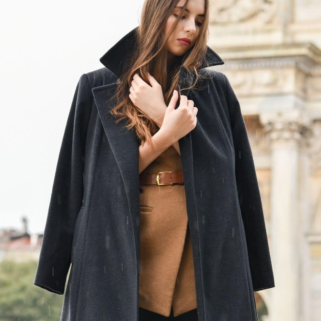 DŁUGI PŁASZCZ DAMSKI CZARNY Z WEŁNY DZIEWICZEJ I KASZMIRU Otul się włoską wełną z najnowszej limitowanej kolekcji Holystic Buongiorno Italia Przedstawiamy długi płaszcz wełniany z kaszmirem w klasycznym kolorze - czarny melanż. Postawiłyśmy na minimalistyczny, szlafrokowy fason, który otuli Cię w mroźne dni. Płaszcz zachwyca jakością wykonania. Został uszyty z dziewiczej wełny jagnięcej z dodatkiem kaszmiru w naszej rodzinnej szwalni w województwie świętokrzyskim. Jest przemiły, ciepły i miękki w dotyku. Rozpięty stwarza nonszalancki, streetwear'owy look, natomiast zapięty paskiem pięknie podkreśla talię. Zdecydowany must have tego sezonu! Dlaczego go pokochasz Zadbałyśmy o każdy detal. Mamy manię na punkcie jakości wykonania. Minimalistyczny, zgrabny fason. Dodając pasek pięknie podkreślona talia. Magia! Piękna włoska wełna dziewicza oraz kaszmir. Miękka, miła w dotyku i trwała! Czarny długi płaszcz szlafrokowy dopełni Twoją kapsułową szafę. Bez niego to nie to samo! Zaprojektowany i