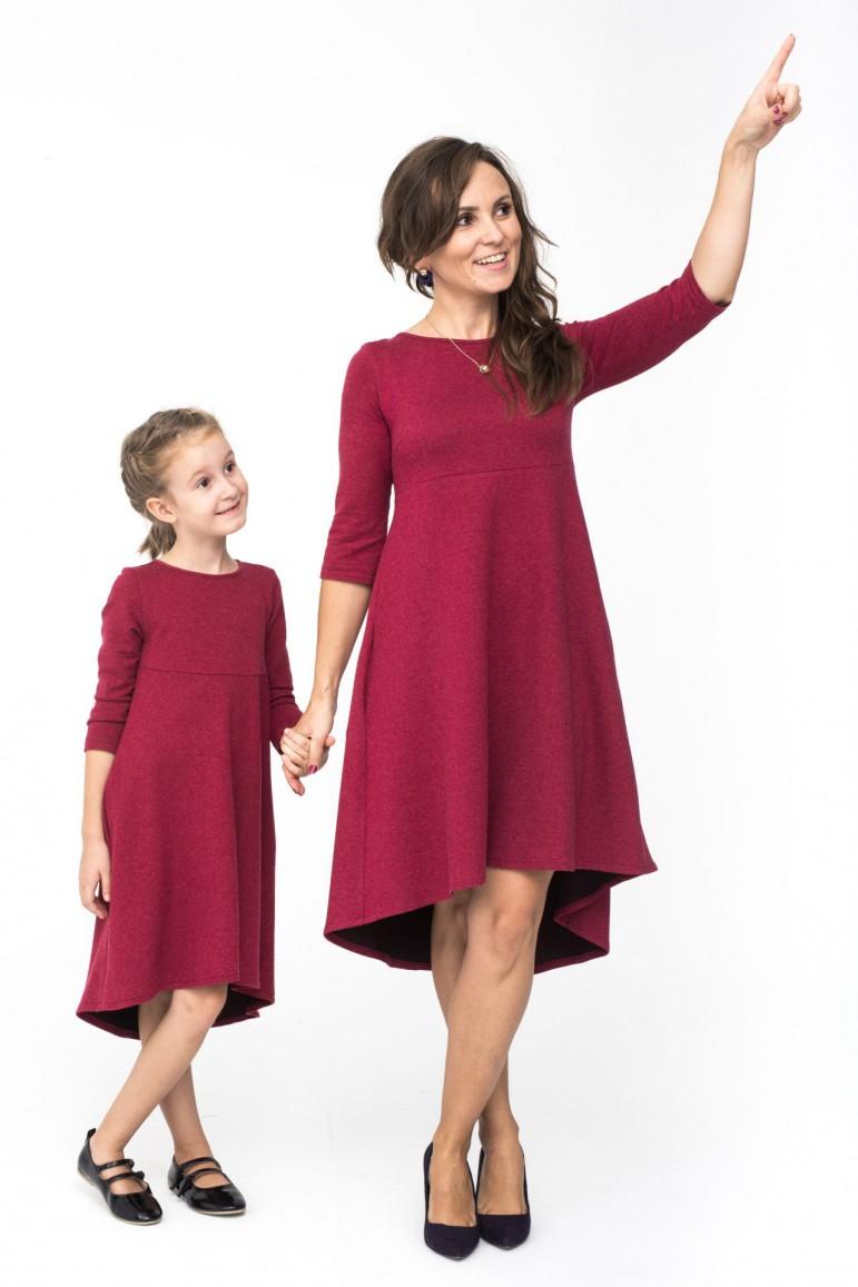 W skład kompletu wchodzi sukienka damska oraz sukienka dla dziewczynki. Zestaw tworzą identyczne sukienki w pięknym kolorze burgundu. Idealne na Święta, ważne uroczystości, a dzięki temu, że są bardzo wygodne i uniwersalne możecie wykorzystać je na co dzień. Zaletą zestawu jest piękna dzianina, wygodna i naturalna. Fason i krój dodaje lekkości stylizacji i pięknie układa się w ruchu. Mama i córka w tych sukienkach to przede wszystkim klasa i styl. Wymiary sukienki na płasko: Rozmiar 80/86: szerokość pod pachami: 29,5 cm; długość przodu od szwa ramiennego u nasady szyi: 44cm; długość tyłu od podkroju szyi:48 cm Rozmiar 92/98: szerokość pod pachami: 30 cm; długość przodu od szwa ramiennego u nasady szyi: 48 cm; długość tyłu od podkroju szyi: 56 cm Rozmiar 104/110: szerokość pod pachami: 31 cm; długość przodu od szwa ramiennego u nasady szyi: 54 cm; długość tyłu od podkroju szyi: 62 cm Rozmiar 116/122: szerokość pod pachami: 33 cm; długość przodu od szwa ramiennego u nasady szyi: 61 cm; d