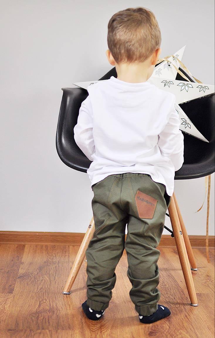 Spodnie chłopięce uszyte z bawełnianej gabardyny, która z każdym praniem nabiera jeszcze bardziej wyjątkowego charakteru, jednocześnie zachowując niebywałą trwałość. Unikalny fason nie krępuje ruchów i zapewnia pełną swobodę w zabawie. Spodnie zapinane na suwak i napę, dodatkowo posiadają wszytą gumkę która dopasowuje spodnie w talii. Gumki zastosowane także w nogawkach zapewniają utrzymanie spodni na swoim miejscu, bez deptania i podwiewania. Zalecamy wybierać rozmiar który dziecko aktualnie nosi.
