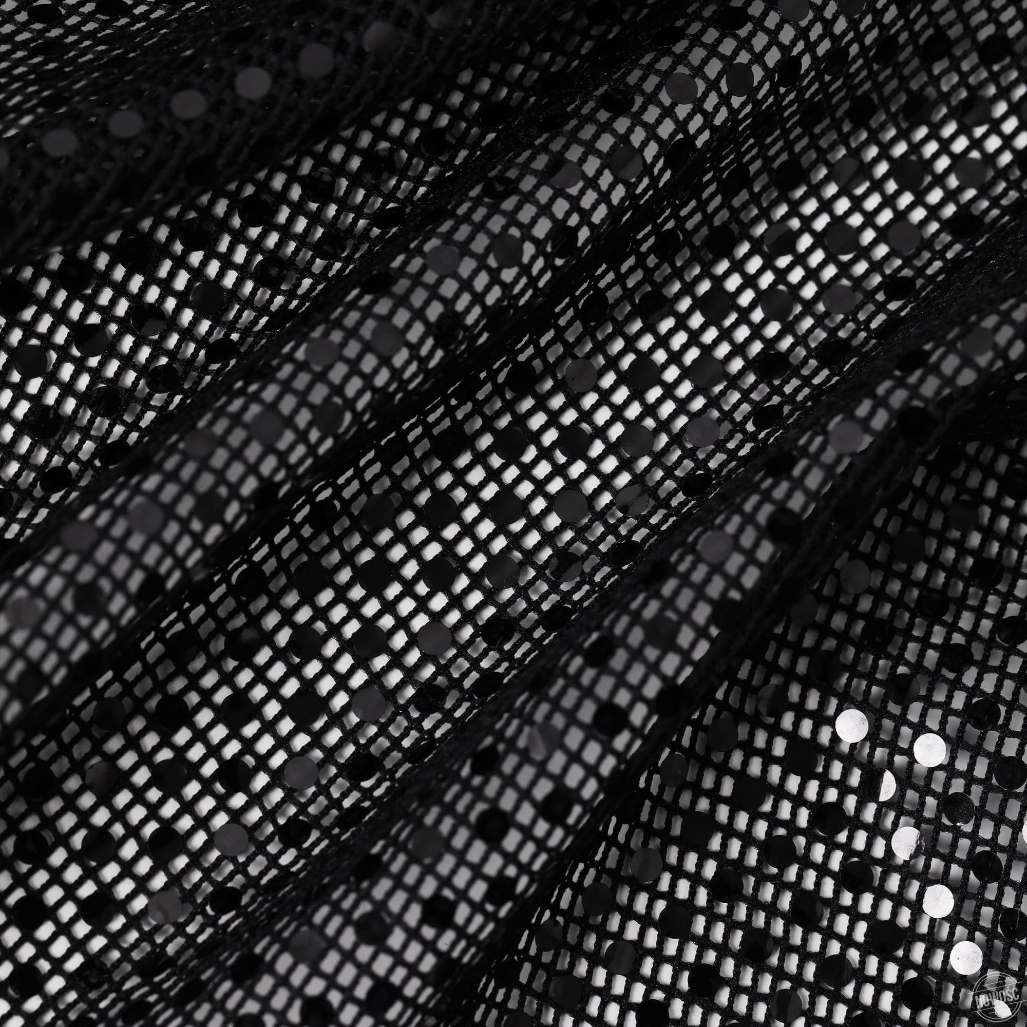 Swobodna bluzka o uniwersalnym i klasycznym kroju z szerokimi, delikatnie rozszerzającymi się ku dołowi rękawami. Bluzka wykonana z czarnej siatki zdobionej cekinami w tym samym kolorze. Dekolt starannie wykończony satynową lamówką. kolor: czarny skład: 100% poliester wymiary w cm ONESIZE obwód w biuście 104 długość całkowita 59 wewn. dł. rękawa 54 pielęgnacja