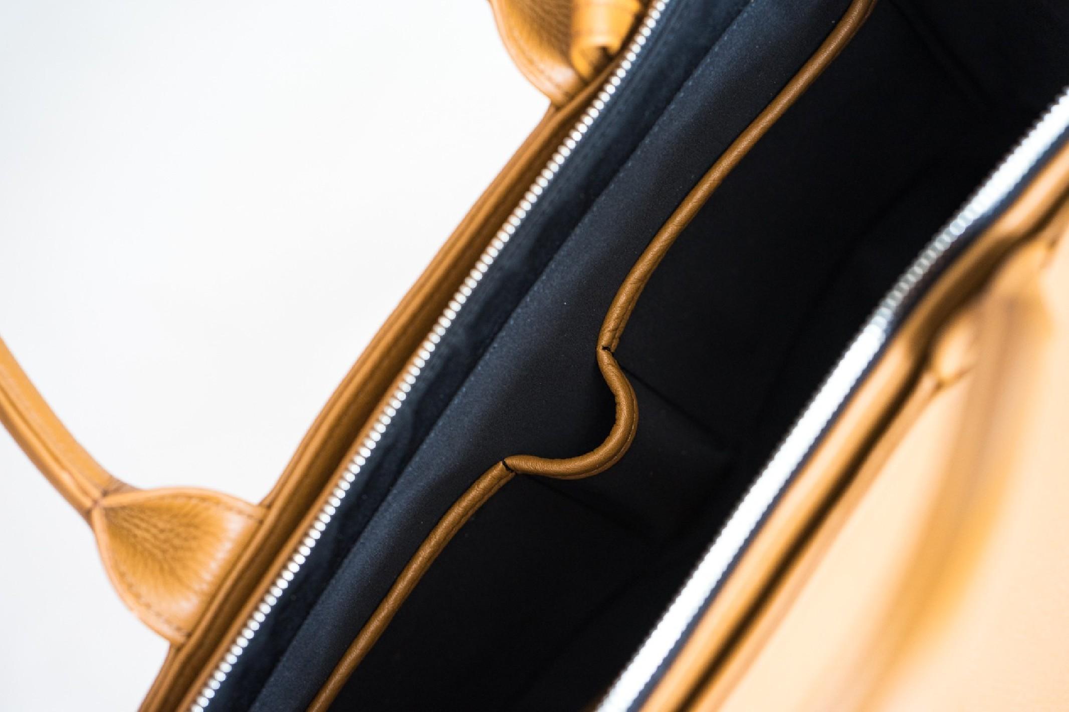 Starannie wyselekcjonowana naturalna skóra groszkowa w odcieniu eleganckiego camelowego brązu, srebrne dodatki jakości premium, podszewka w kolorze eleganckiej czerwieni i niezwykła precyzja wykonania sprawiają, że kuferek Nashe to rzemiosło z najwyższej półki! wszechstronna: możliwość noszenia na długim pasku lub w dłoni uszyta z naturalnej skóry groszkowej najwyższej jakości stworzona według autorskiego projekt wykonana w polskiej pracowni z miłością, pasją i w zgodnie ze sztuką kaletniczą wyposażona w regulowany, odpinany długi pasek o dugości 110 - 125cm wzbogacona o przypinaną kosmetyczkę ze skóry w tym samym odcieniu z zakończonym karabińczykiem troczkiem, do którego można dopiąć klucze lub dołączoną do torebki kosmetyczkę wykończona chroniącymi przed zarysowaniami skóry od spodu srebrnymi nóżkami zapinana na wytrzymały metalowy zamek wyłożona elegancką czerwoną podszewką z delikatnym satynowym połyskiem funkcjonalna - 6 kieszeni: główna + zamykana na zamek + 2 płaskie na dokumen
