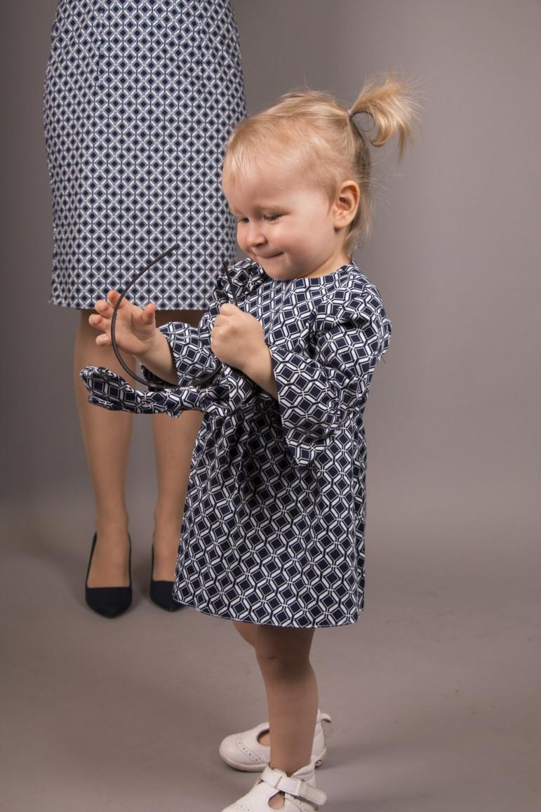 Komplet sukienek Mama i Córka w wydaniu bardzo eleganckim, nietuzinkowym. Sukienki uszyte z tej samej tkaniny, ale różnią się od siebie, tak jak i Mama z Córką. Każda z kreacji, tak jak i każda z pań, ma swój styl, charakter oraz niepowtarzalność. To właśnie te różnice przyciągają uwagę. Wspólnym elementem jest bardzo efektowny rękaw zarówno u Mamy, jak i u Córki. Mama posiada pięknie układającą się bufę, która kończy się obcisłym ściągaczem, co dodaje całej stylizacji szyku, a u Córki na odwrót: rękaw do łokcia jest dopasowany, a od łokcia rozkloszowany, delikatnie marszczoną falbanką. Sukienki z kolekcji Royal to propozycja całoroczna dla Mamy i Córki, które chcą zabłyszczeć na szczególnej okazji. Możliwa stylizacja dla całej rodziny sprawdź tutaj.Dokładny opis każdej z sukienek znajdziesz tutaj: Dziewczynka, Kobieta.Wymiary sukienki na płasko:Rozmiar 34: długość całkowita - 92 cm Rozmiar 36: długość całkowita - 97,5 cm Rozmiar 38: długość całkowita - 102 cm Rozmiar 40: długość całko