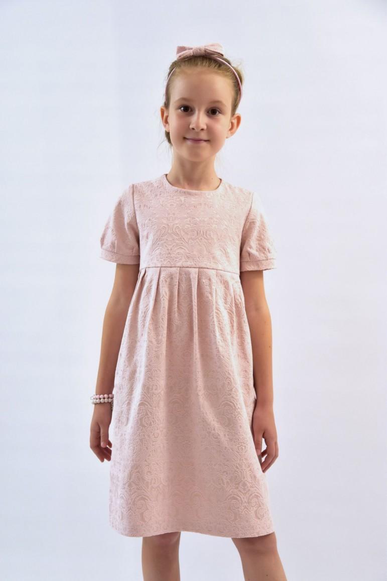 Elegancka sukienka dla dziewczynki wykonana z bardzo efektownej tkaniny, o niespotykanie ciekawej fakturze w przepięknym i delikatnym kolorze pudrowego różu. Delikatne bufki na rękawkach nawiązują do sukienki mamy, dzięki czemu można stworzyć komplet sukienek mama i córka na wiele uroczystości wymagających szczególnej oprawy. Sukienka dzięki krojowi i materiałowi może być propozycją całoroczną. Ponadczasowy fason, piekne marszczenie pod karczkiem oraz materiał czynią tę sukienkę wyjątkową i jedyną w swoim rodzaju. Wymiary sukienek na płasko: 68/74 - długość sukienki: 39,5 cm; szerokość pod pachami: 25,5 cm 80/86 - długość sukienki: 44,5 cm; szerokość pod pachami: 27 cm 92/98 - długość sukienki: 49 cm; szerokość pod pachami: 28 cm 104/110 - długość sukienki: 54 cm; szerokość pod pachami: 29,5 cm 116/122 - długośc sukienki: 58,5 cm; szerokość pod pachami: 31 cm 128/134 - długość sukienki: 64 cm; szerokość pod pachami: 33 cm 140/146 - długość sukienki: 73,5 cm; szeroość pod pachami: 35 cm