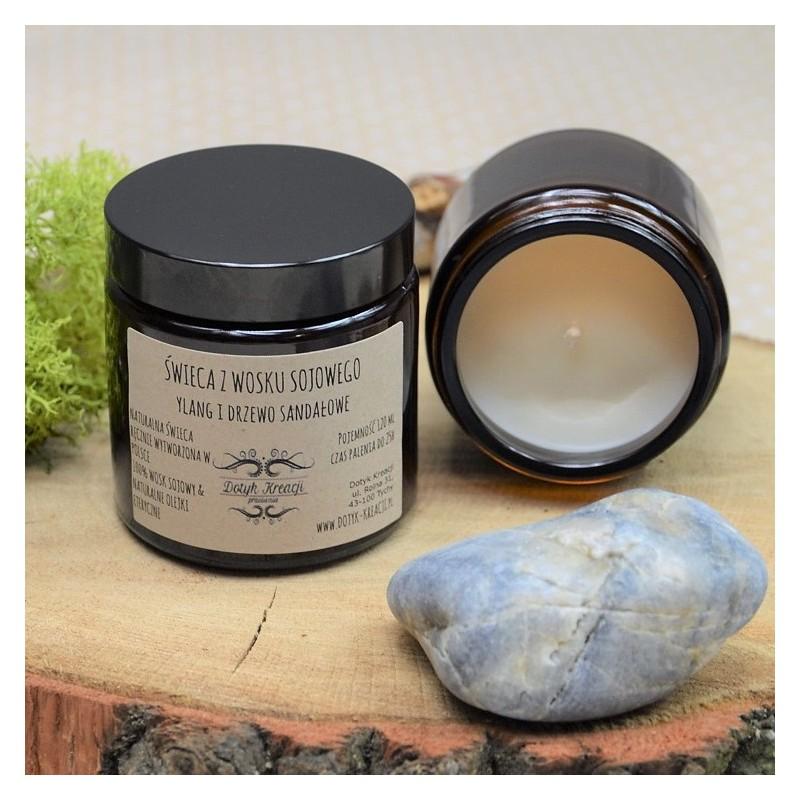 Świeca wykonana jest w 100% z ekologicznego, roślinnego wosku sojowego. W czasie palenia wydobywają się z niej 100% naturalne olejki eteryczne z Ylang-Ylang i drzewa sandałowego, co dodatkowo wzbogaca świecę o efekt aromaterapii. Jedna świeca wypełni zapachem całe pomieszczenie. Czym różni się świeca ZAPACHOWA od świecy AROMATERAPEUTYCZNEJ? Oprócz naturalnego roślinnego wosku sojowego świece AROMATERAPEUTYCZNE zawierają wyłącznie naturalne olejki eteryczne, które pozytywnie wpływają na ciało i psychikę człowieka. O wiele tańsze syntetyczne odpowiedniki takich właściwości nie posiadają. ZAPACH: głęboki, balsamiczny, zmysłowy, słodki i kwiatowy 100% naturalny olejek eteryczny DRZEWO SANDAŁOWE Usuwa napięcia, stres, zmęczenie, zmienne nastroje. Działa kojąco i uspokajająco. Korzystnie wpływa na psychikę w okresie przekwitania. YLANG-YLANG ma zapach intensywnie słodki, kwiatowy i delikatnie korzenny. Może być stosowany jako afrodyzjak. Pomaga usnąć niepokój i stres po trudnym dniu. WOSK SO