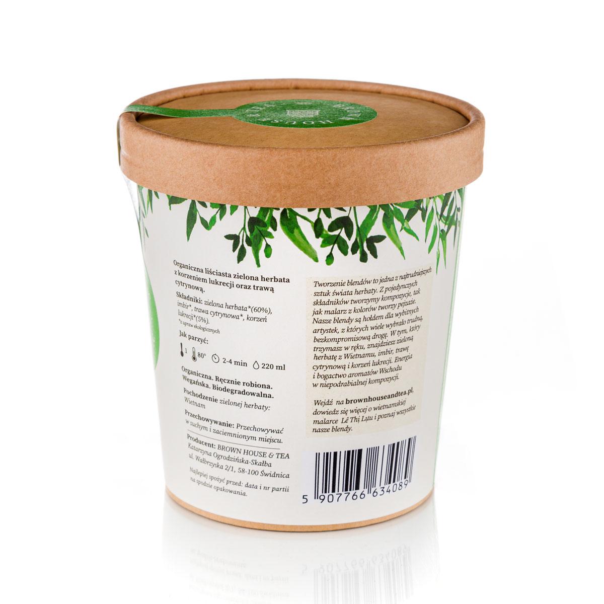 Kraftowa herbata Luu to wyraz kreatywnego podejścia do herbacianych blendów. Otwarcie się na połączenie różnych smaków pozwoliło stworzyć mieszankę w pełni zaspokajającą zmysły smaku i zapachu, ale też estetyczne. Dzięki zastosowaniu korzenia lukrecji, zyskała ona nieocenione właściwości zdrowotne, które z pewnością doceni każdy, kto na co dzień zmaga się z różnymi dolegliwościami, z jakimi radzi sobie ta niezwykła roślina. Lekka goryczka zielonej herbaty, słodycz lukrecji, delikatnie wyczuwalna cytrusowa, lekko kwaskowa nuta trawy cytrynowej i intensywny, pełen charakteru imbir. To wszystko sprawia, że Luu smakuje orzeźwiająco, trochę słodko, lekko ostro i zupełnie nie jest cierpka. Każdy ze składników tego bardzo ciekawego blendu ma właściwości zdrowotne. Jednak to lukrecja wysuwa się tutaj na prowadzenie. Po pierwsze, dlatego że to rzadki dodatek do herbat. Po drugie, ze względu na to, jak wielowymiarowo wpływa na nasz organizm, w tym także na skórę! Ekstrakt z lukrecji ma udowodnio