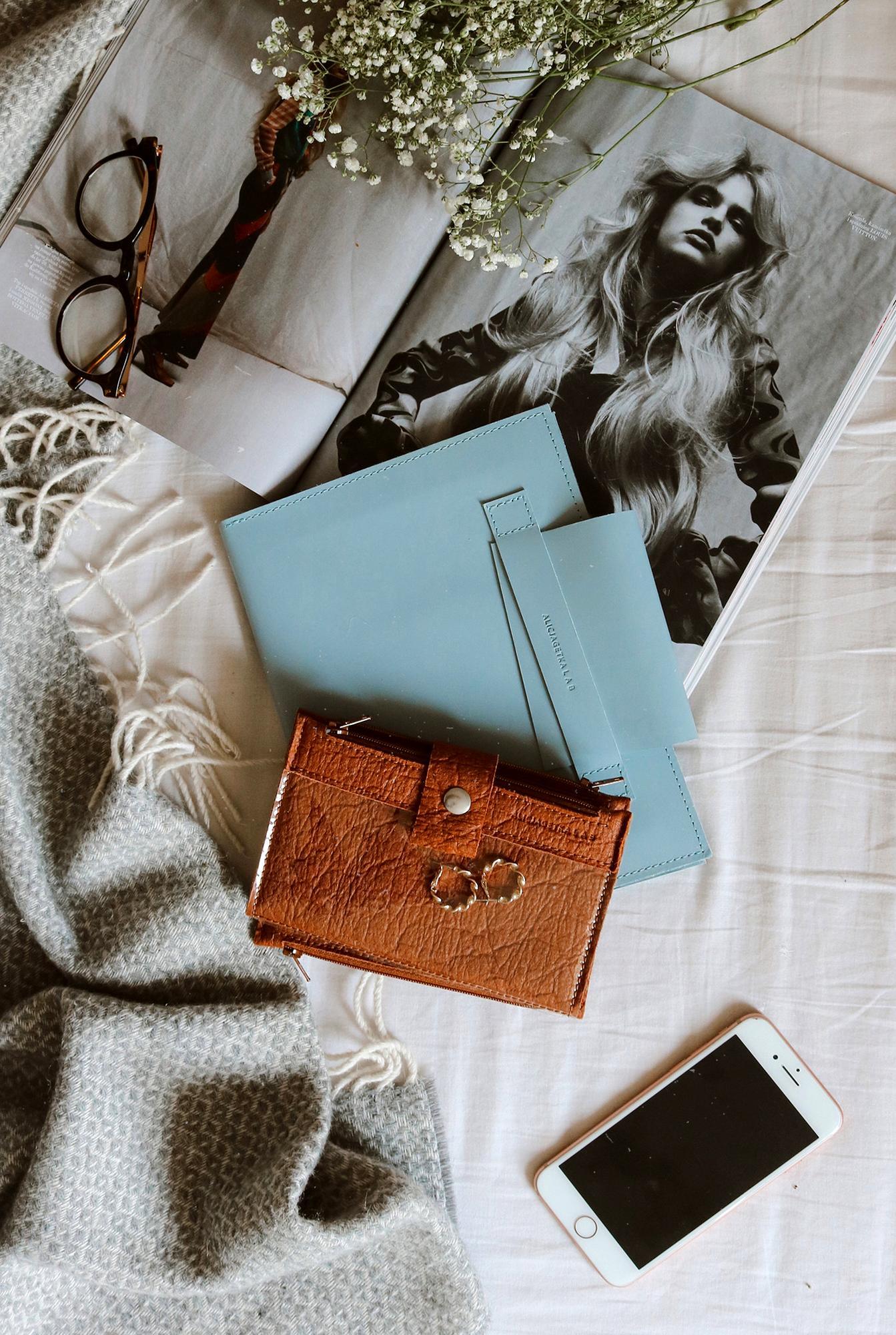 """Portfel Pocket BIG Ananas Cinnamon to nasz bestseller oryginalny i wielofunkcyjny portfel Pocket BIG w wegańskiej wersji 3 zamykane na suwak kieszenie w tym 2 transparentne: 1 duża zewnętrzna oraz 1 wewnętrzna na monety 1 odpinana kieszeń świetna na kartę miejską czy dokumenty od samochodu osobne kieszonki na karty i banknoty duża zewnętrzna transparentna kieszeń pomieści telefon dotyk działa doskonale przez folię długopis duże zdjęcie i inne rzeczy które nosisz ze sobą Portfel wykonany jest z Piñatexu nowatorskiego opatentowanego materiału premium który jest całkowicie wegański a jego produkcja jest odpowiedzialna i zrównoważona środowiskowo gdyż do jego wytworzenia używane są liście ananasa będące produktem ubocznym ekologicznych upraw ananasa na Filipinach Materiał ten jest ultra lekki i wodoodporny a zarazem bardzo wytrzymały elastyczny i oddychający Jego """"pognieciona"""" charakterystyczna struktura czyni go jedynym w swoim rodzaju a jednocześnie odpornym na zagniecenia W nielakierowa"""