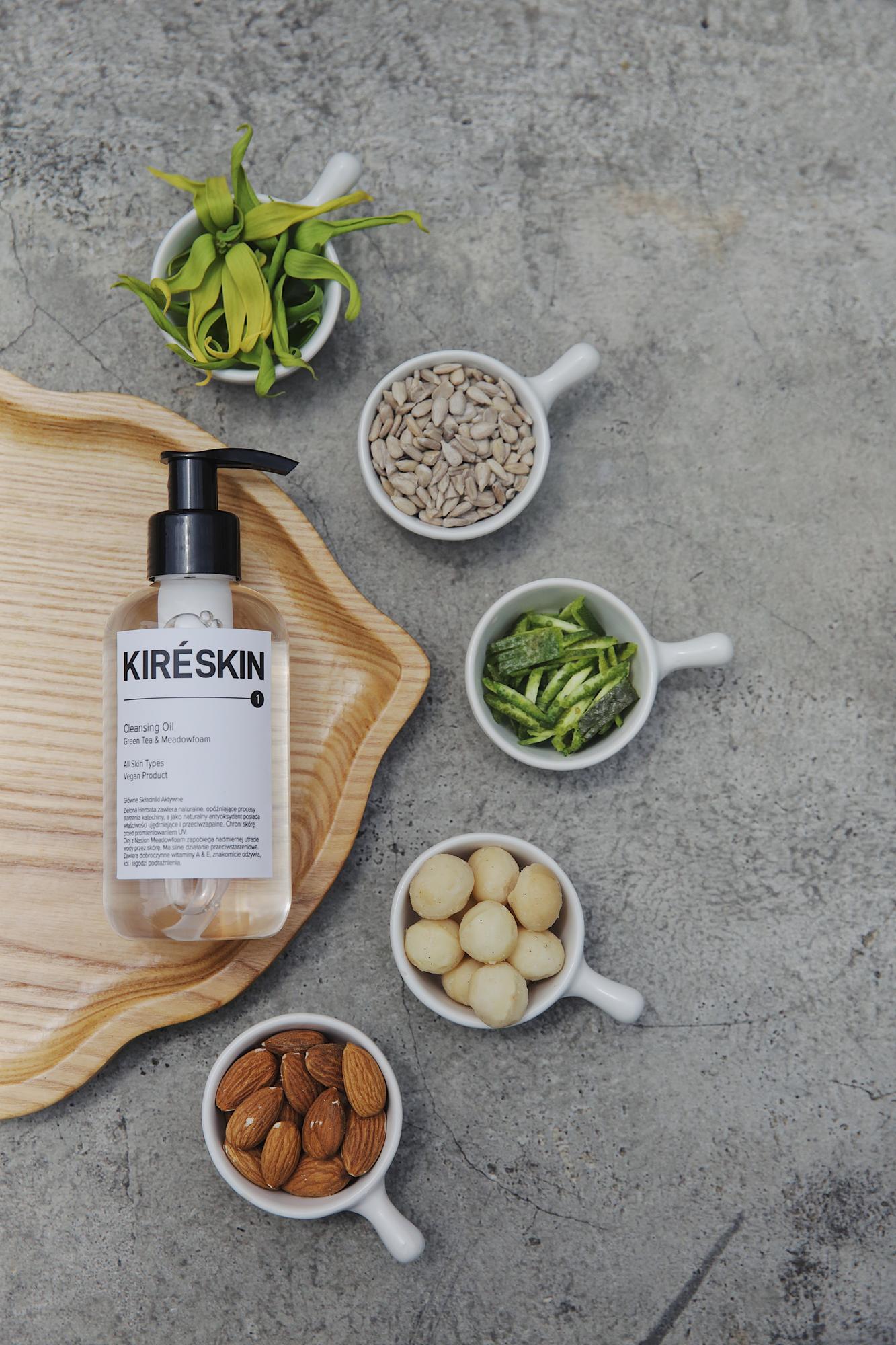 Cleansing Oil Green Tea & Meadowfoam Green Tea & Meadowfoam Cleansing Oil przeznaczony jest do usuwania nadmiaru sebum, zanieczyszczeń ze skóry twarzy (takich jak np. smog) oraz makijażu. Jednocześnie pielęgnując skórę, poprawia jej kondycję i zapobiega wysuszeniu. Stworzony do codziennego oczyszczania każdego rodzaju skóry, nawet tej wyjątkowo wrażliwej i krnąbrnej. All Skin Types Vegan Product Produkt testowany dermatologicznie. Testom na zwierzętach mówimy zdecydowane NIE! Nie używamy składników pochodzenia zwierzęcego. Olej palmowy i jego pochodne pochodzą z certyfikowanych źródeł (RSPO) Nominalna zawartość: 200 ml / 6,8 FL.OZ Sposób użycia: Nałóż małą porcję olejku na dłonie, następnie zamknij oczy i delikatnie rozprowadź kosmetyk po całej skórze twarzy, wmasowując go okrężnymi ruchami. Opłucz twarz kilka razy ciepłą wodą i łagodnie (z czułością!) wytrzyj ręcznikiem. Staraj się przykładać ręcznik do skóry zamiast wycierać, by bez szorowania zebrał wilgoć. Główne Składniki