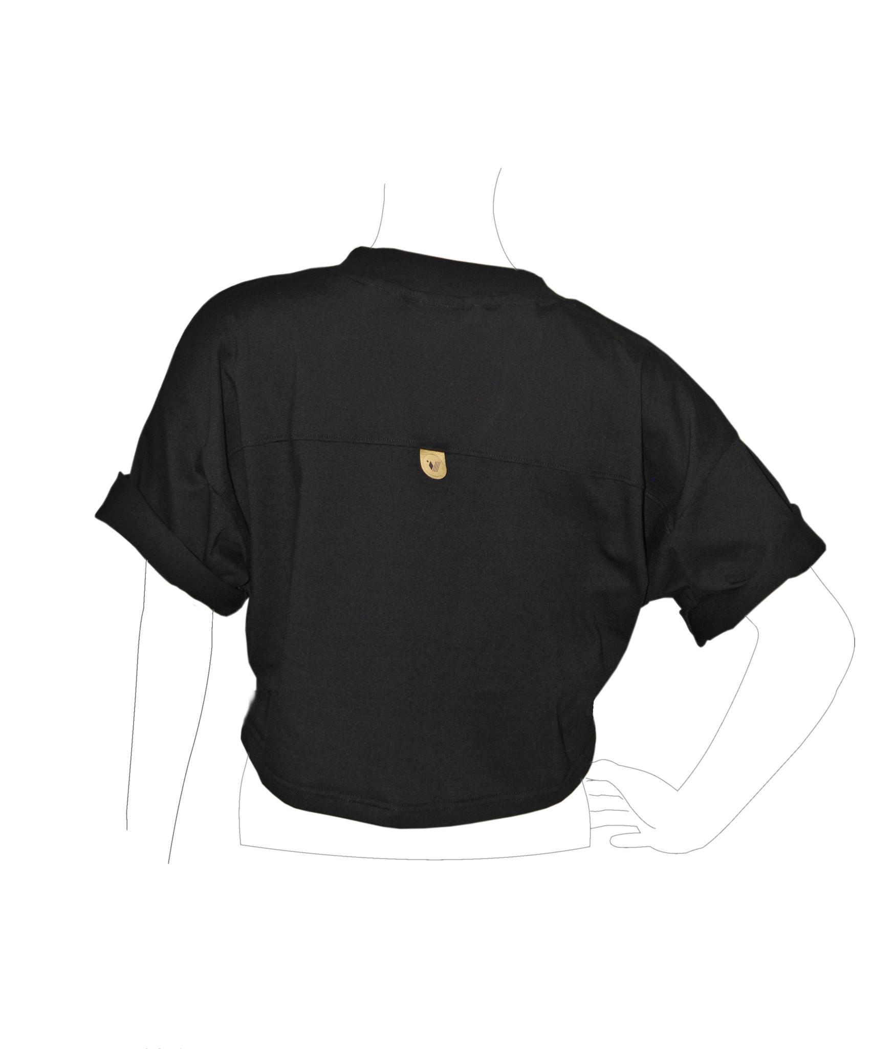 JESTEM T SHIRTEM OVERSIZE : noszę się luźno podwijam rękawy MÓJ SKŁAD : 100 solidnej bawełny 180g m² produkowanej w Polsce oryginalny haft interpretacja wzoru należy do Ciebie : zewnętrzne metka z logo na plecach ekoskóra wypalana laserowo żakardowa metka rozmiarowa wewnątrz na karku PRZEPIS NA WIECZNĄ MŁODOŚĆ pranie max 40°C najlepiej z podobnymi kolorami prasowanie niską temperaturą po lewej stronie tkaniny z dala od ognia