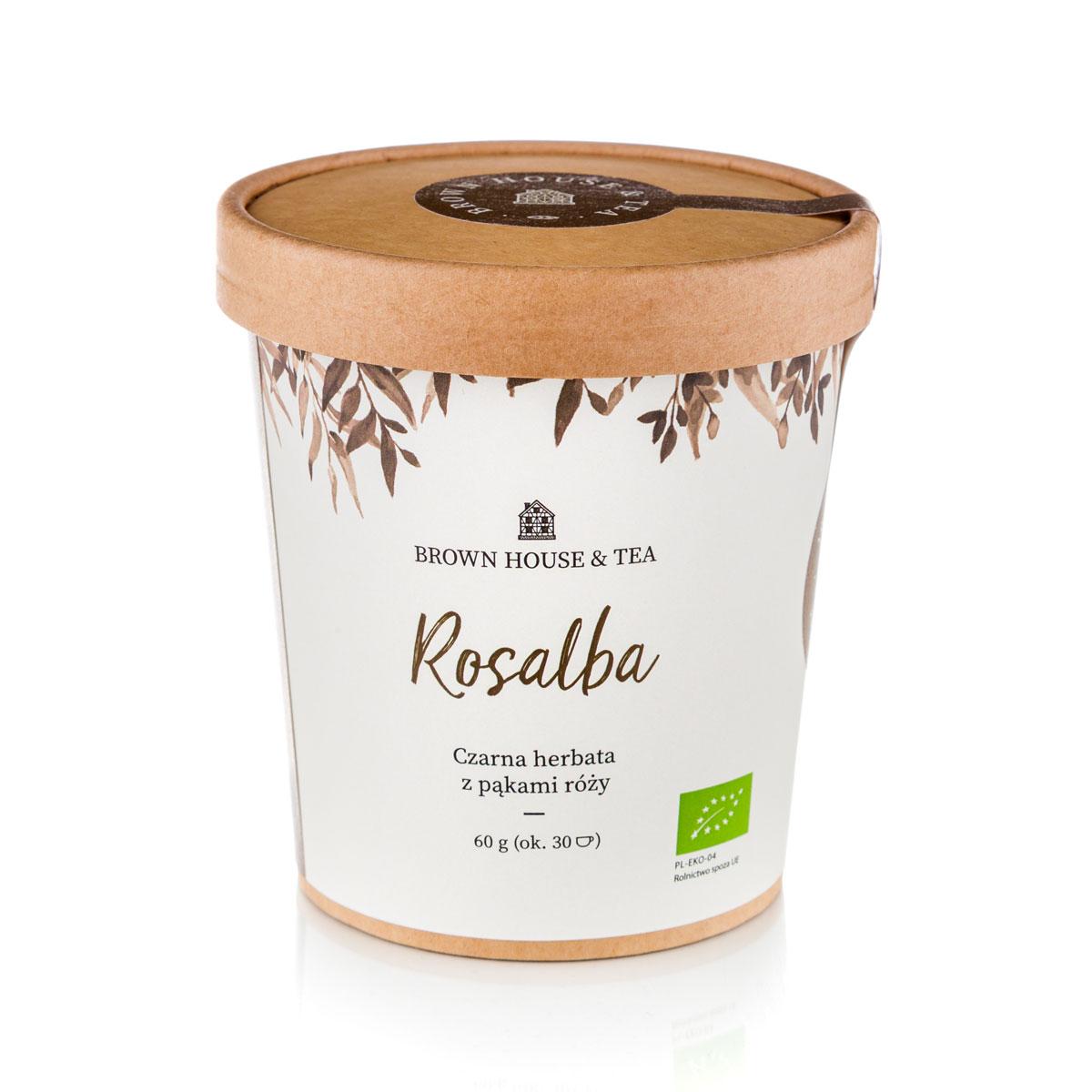Czarna herbata i róża to dość popularne w herbacianym świecie połączenie. Nie od dziś przeciwieństwa, jakimi są silny, cierpki smak Darjeeling i łagodny, słodko-kwaśny smak róży, przyciągają się tworząc blend, który zachwyca ludzi na całym świecie. Ale prawdziwa magia dzieje się, gdy sięgniemy po składniki z ekologicznych upraw, w których tak samo dba się o środowisko, jak też o same rośliny. Efekt? Smak głęboki, intensywny i nieporównywalny z żadną inną podobną mieszanką. Zawarta w blendzie czarna herbata Darjeeling to źródło intensywności i lekko cierpkiego posmaku. Rośnie w specyficznym, mglistym i słabo nasłonecznionym mikroklimacie, tuż u podnóża Himalajów. To właśnie rześkie, górskie powietrze sprawia, że Darjeeling smakuje tak wyjątkowo i zdecydowanie. Jej mocny, stanowczy charakter z lekko muszkatołowym posmakiem balansuje dodatek delikatnie kwaśnych, lekko słodkich pąków róży. Czarna herbata Darjeeling to źródło zdrowia i dobrego samopoczucia. Podobnie jak inne herbaty, jest n