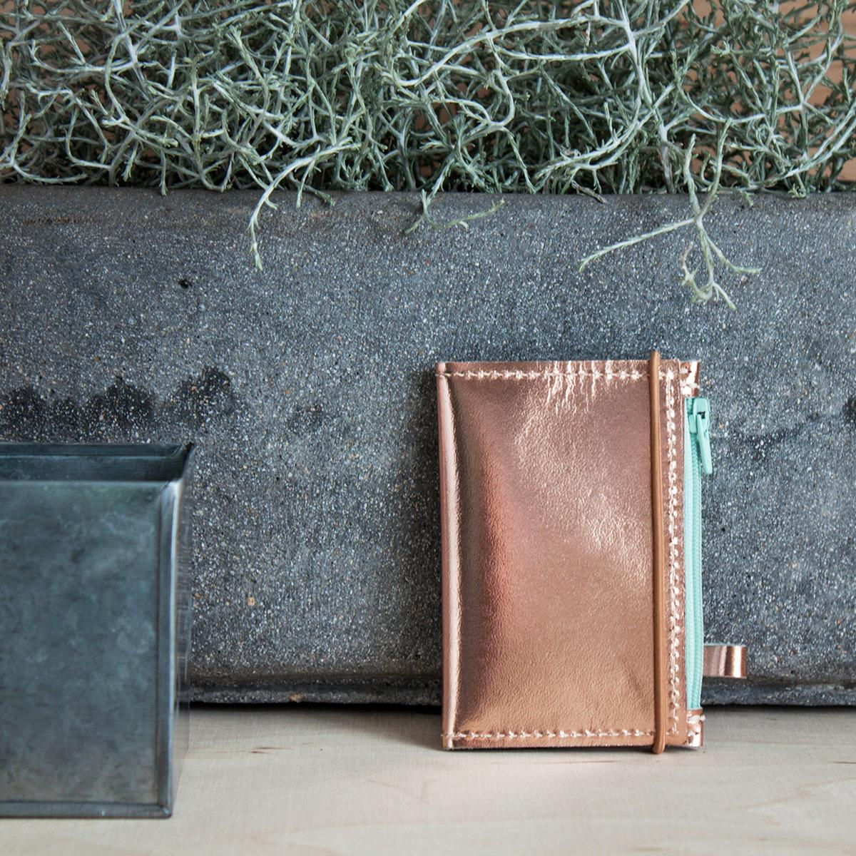 Portfel MIKRO Pink Copper to minimalistyczny portfel wizytownik etui na klucze naturalna wysokiej jakości skóra i transparentna folia transparentna kieszonka na suwak: na monety klucze zdjęcia itp kieszonki na karty i wizytówki zamknięcie na gumkę uchwyt do zamocowania kluczy breloka łańcuszka unisex wyjątkowo kompaktowy rozmiar wymiary: zamknięty 10 5 x 7 cm otwarty 10 5 x 14 5 cm Zaprojektowany i ręcznie wykonany w Polsce Projekt w 100 autorski Odcień skóry może nieznacznie różnić się od tego na zdjęciu cecha produktów z naturalnej skóry