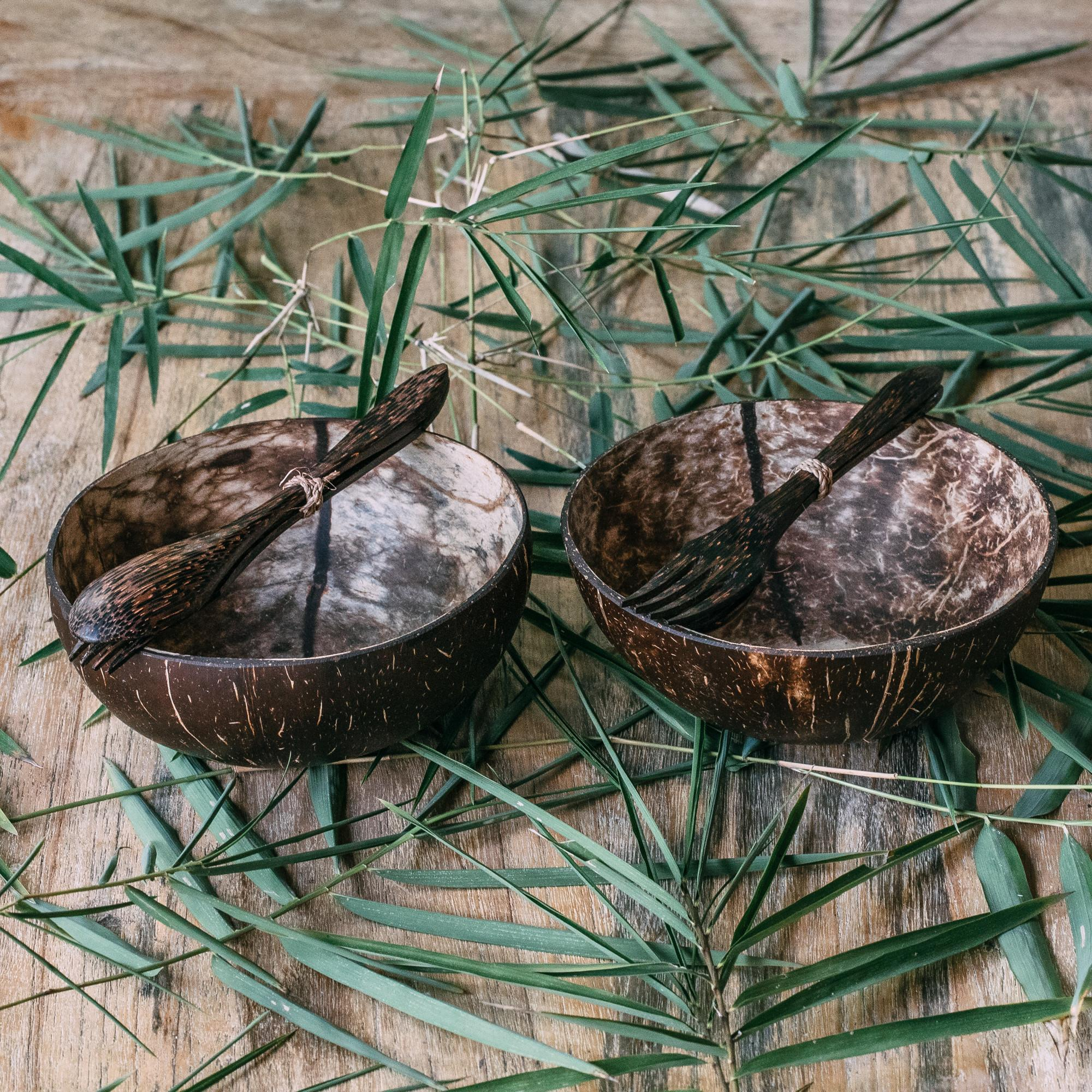 """Zestaw 2 średnich kokosowych misek """"Batukaru"""" z dołączonymi do każdej miseczki drewnianymi sztućcami. Możesz wybrać, czy chcesz otrzymać każdą miseczkę z 2 łyżkami, 2 widelcami lub z jednym widelcem i łyżką. Miski kokosowe to obowiązkowy ekologiczny dodatek do Twojej kuchni. Wykonane są z łupin orzechów kokosowych na codzień wyrzucanych jako odpady. Każda miska jest przycinana, szlifowana i polerowana ręcznie. Miski na żadnym etapie produkcji nie są poddawane obróbce chemicznej, a dzięki temu są w pełni wolne od jakichkolwiek substancji chemicznych. Materiał: łupina orzecha kokosowego Rozmiar: średnia Pojemność: około 500-600 ml Kolor: naturalny, nieprzetworzony Wymiary: średnica 12-13 cm, wysokość 7-8 cm Kraj pochodzenia: Indonezja (Bali) Cechy szczególne: 100% wegańskie wykonane ręcznie i unikalne piękny kształt zero waste przyjazne dla środowiska biodegradowalne odnawialny produkt naturalny lekka konstrukcja idealny prezent dla każdego, kto ceni sobie zrównoważony rozwój i lubi natu"""