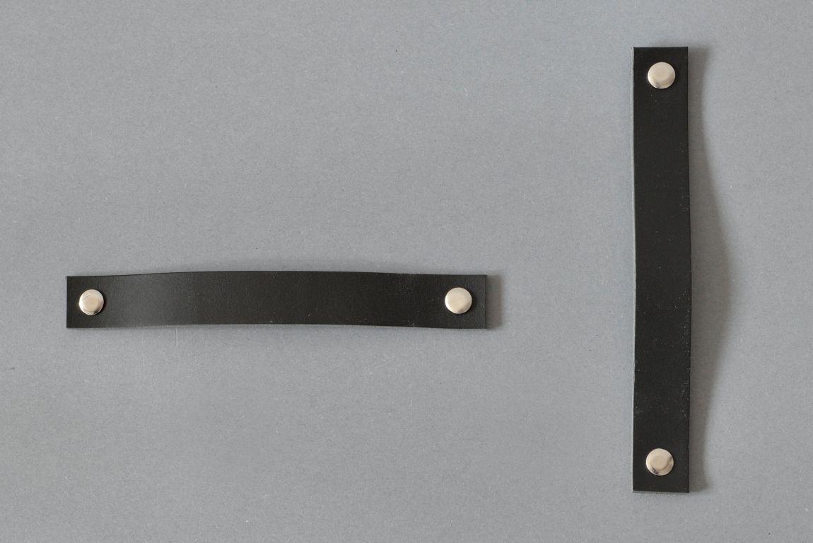 Uchwyty drzwiowe Lade idealnie pasują do drzwi przesuwnych i składanych Zestaw składa się z dwóch pasków z naturalnej skóry i dwóch nitów Z jednej strony nity mają nacięcie umożliwiające montaż Wariant 1 wykonany jest z naturalnej skóry w kolorze czarnym Materiały: skóra bydlęca garbowana roślinnie o grubości 3 4 mm 2 nity mosiężne lub stalowe o długości 50 mm Wymiary: 20 mm szerokości 20 mm wysokości po zamontowaniu 158 mm długości sugerowany do rozstawu otworów 128 mm Możliwe inne długości na zamówienie Skóra licowa to szlachetny materiał Aby pięknie się starzał należy dbać o niego korzystając z preparatów do pielęgnacji skóry licowej