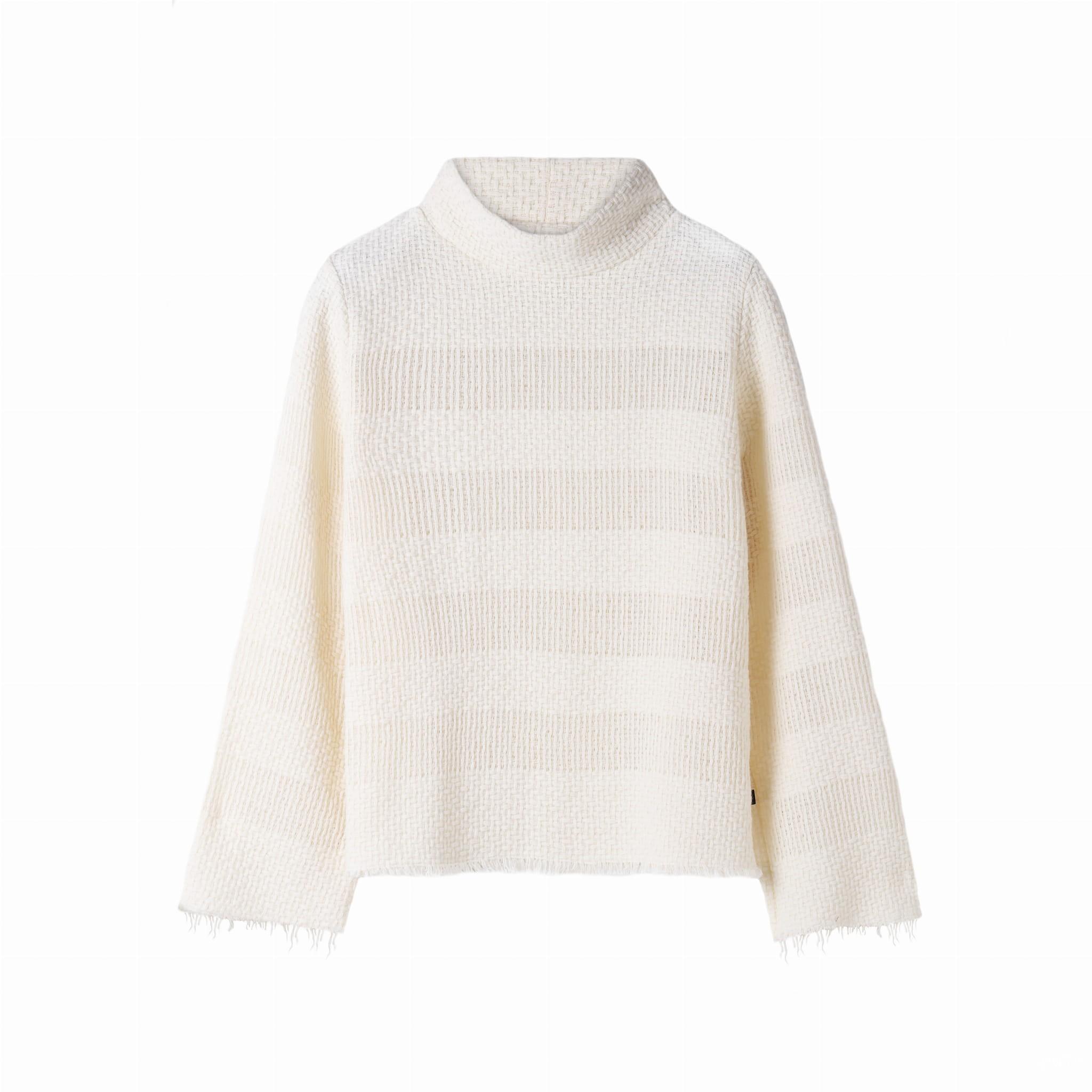 Luźny sweter z golfem o uniwersalnym i klasycznym kroju. Obszerne i szerokie rękawy. Przód, tył oraz rękawy swetra zdobi ażurowy wzór w szerokie poziome pasy. Charakteru całości dodają surowe (odpowiednio zabezpieczone) wykończenia dołu i mankietów. kolor: ecru skład: 65% akryl 30% bawełna 5% wełna wymiary w cm S/M L/XL obwód w biuście 102 116 długość całkowita 65 74 wewn. dł. rękawa 53 53 wysokość golfu 8 8 pielęgnacja delikatne pranie w pralce, maksymalnie w temperaturze 30º prasowanie maksymalnie w temperaturze 110º