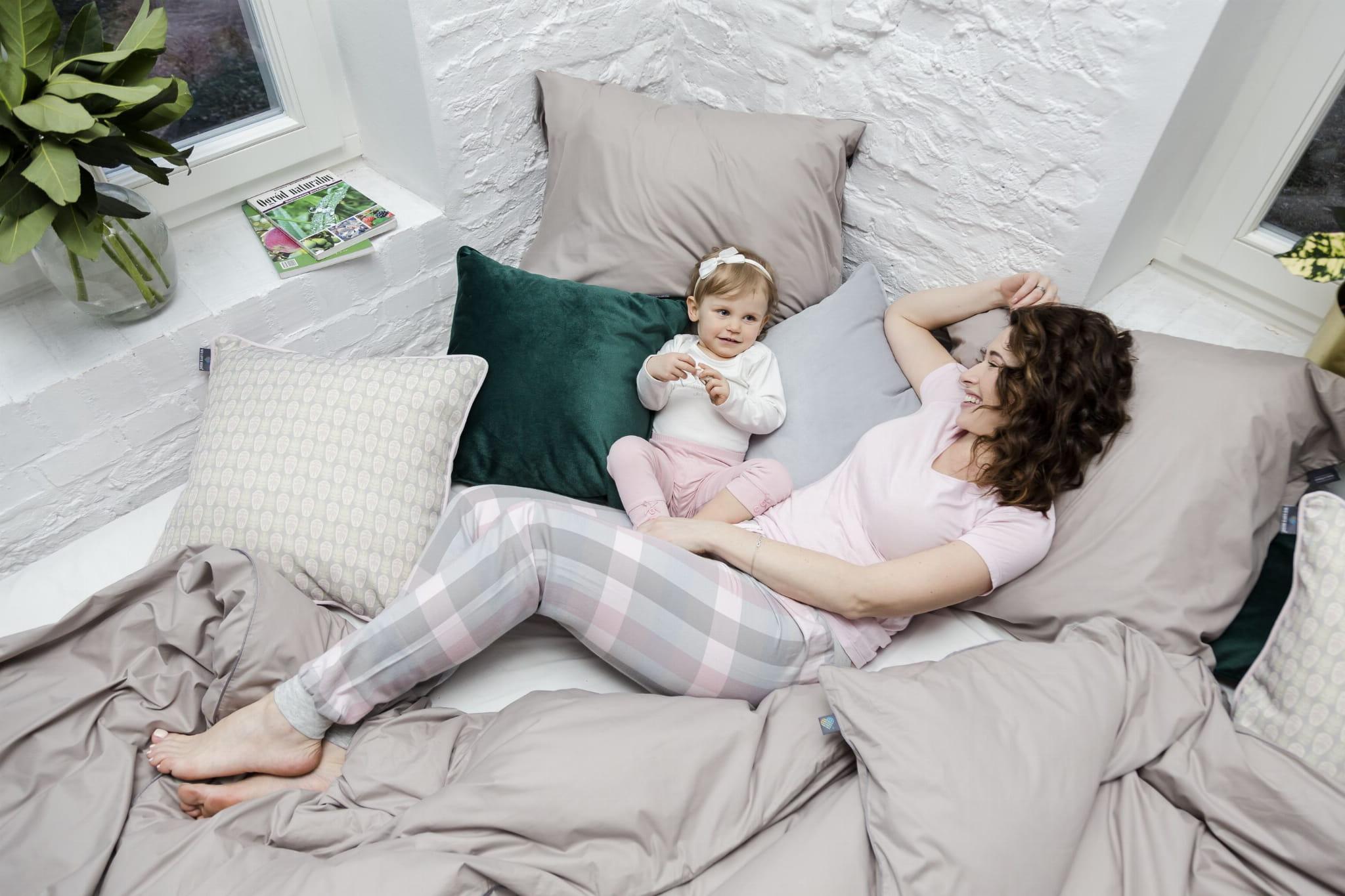Pościel Beige w kolorze beżowym z minimalistyczną szarą lamówką. Bawełniana pościel idealnie komponuje się z dodatkami: poduszką Deep Forest i Aztec Pattern. Jako odpowiedzialny polski producent zwracamy uwagę na każdy szczegół, dlatego pościel We Love Beds jest: naturalna, wykonana w 100% bawełny egipskie mako, utkanej w Mediolanie zaprojektowana i wykonana w Polsce przez nasze doświadczone polskie krawcowe, bardzo gęsto tkana , wytrzymała, a zarazem lekka, szczególnie przyjemna i miła dla skóry, zapinana na zamek błyskawiczny specjalnie skonstruowany do pościeli ( dla lepszego komfortu użytkowania ) japońskiej marki YKK z dożywotnią gwarancją* w identycznym kolorze Pantone co bawełna uszyta nićmi światowego lidera, identycznymi w kolorze Pantone co bawełna wykończona ozdobną bizą - lamówką w kolorze szarym, charakterystycznym dla naszej marki pakowana w eleganckie prezentowe pudełko Pościel nie obejmuje wypełnienia *dożywotnia gwarancja zamka – wymienimy zamek nawet po kilku latach u