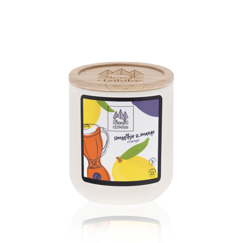 Zafunduj sobie naturalny zastrzyk energii ze świecą o zapachu mango! Poczuj smoothie z mango zamknięte w świecy rzepakowej. Dzięki aromatowi, jaki skrywa ta świeca każdy dzień będzie Ci przypominał o lecie. Mango to czysta słodycz, którą pokocha każdy, kto tylko poczuje zapach jego świecy. Chcemy Ci zaproponować zupełnie inny produkt ! Naturalną alternatywę dla szkodliwych świec z parafiny. Oto świece: Wykonane z wosku rzepakowego z domieszką 5% wosku pszczelego oraz naturalnych certyfikowanych olejków eterycznych. Wosk z którego jest wykonana nasza świeca jest przyjazny Tobie i środowisku. Biodegradowalny, produkowany wyłącznie z surowców uprawianych w Europie, nie modyfikowanych genetycznie. Nasz knot jest ekologiczny, w 100% wyprodukowany bez użycia środków chemicznych z niebielonej bawełny, powleczony naturalnym woskiem (mieszanka wosku pszczelego i wosków roślinnych). Nasza świeca o pojemności 90 ml, pali się od 20-25 godzin. Wosk rzepakowy ma gładką, mleczną strukturę, charaktery