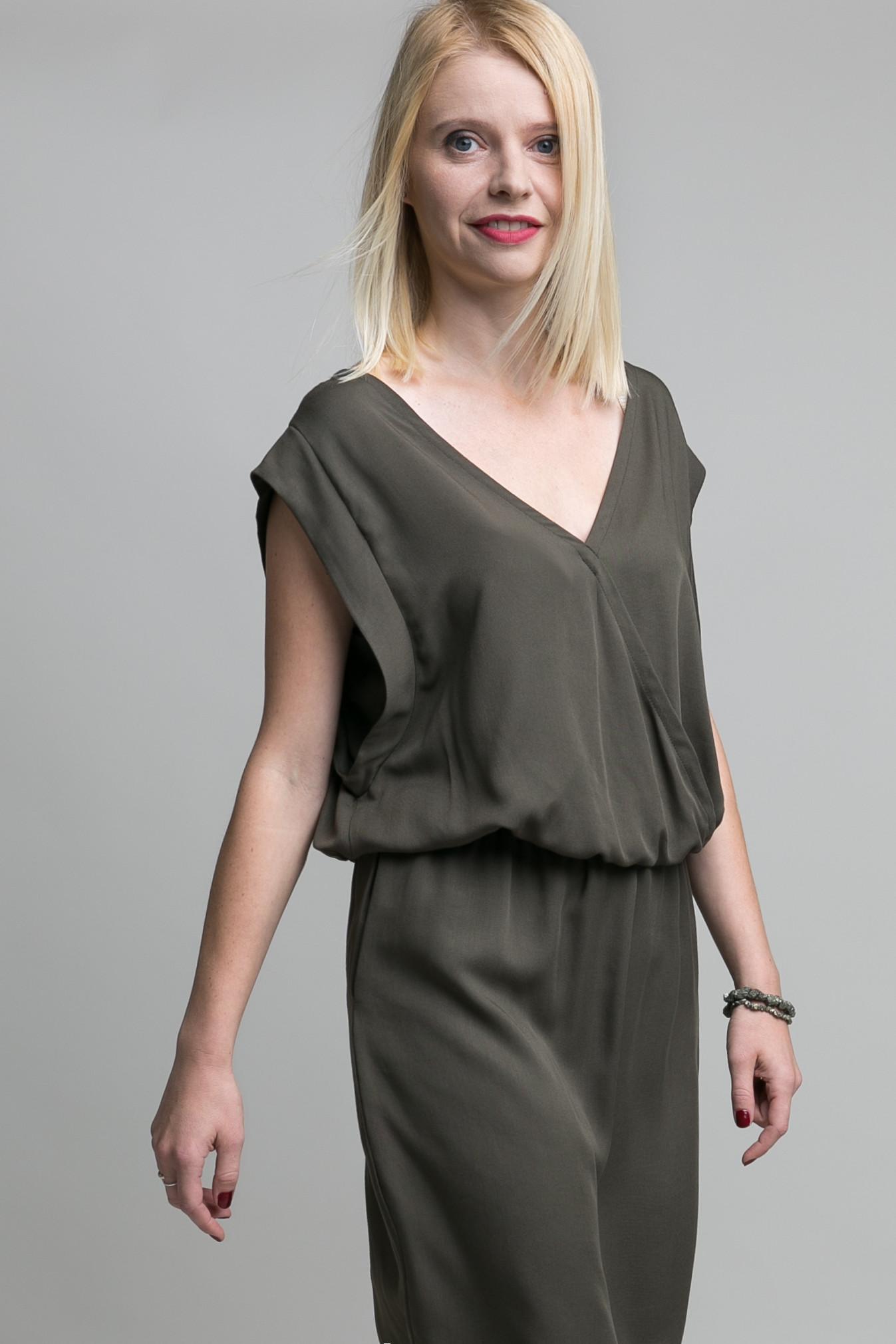 """Zestaw dwóch efektownych sukienek Olivia. W zależności od preferencji dekolt może być z przodu lub na plecach. Modny oliwkowy kolor i elegancka tkanina, z której uszyte zostały sukienki sprawiają, że propozycja ta jest stosowana na wiele okazji, zarówno do pracy, jak i na wielkie wyjście. Materiał: wiskoza 100% Kolor: oliwkowy Modelki mają 172 i 122 cm wzrostu (rozmiar 38 i 6/7). Dostępne w zestawie dla mamy i córki oraz oddzielnie. W ZESTAWIE TANIEJ! Płacisz cenę 2 małych sukienek! The Same to kolekcje takich samych ubrań dla Mamy i Córeczki """"…bo Mama i Córka są The Same"""""""