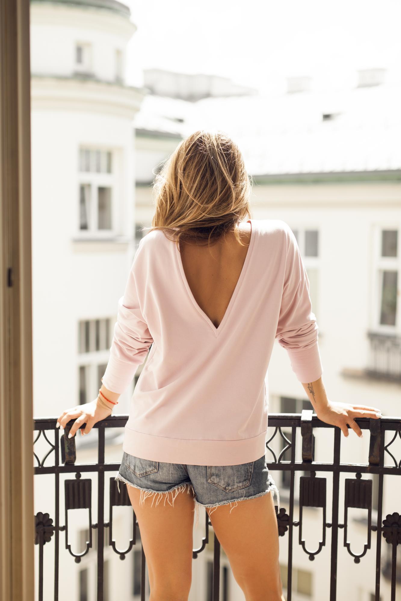 """Przodem do tyłu czy tyłem do przodu? To bez znaczenia! Bluzę Ruude V-neck Front Back możesz nosić jak chcesz. Dekolt w literę """"V"""" możesz nosić z przodu odsłaniając obojczyki lub z tyłu uwodzicielsko eksponując plecy. To Ty decydujesz, bo jesteś #RuudeGirl! Dostępne kolory: CZARNY, SZARY, BRUDNY RÓŻ: 92% bawełna 8% elastan"""