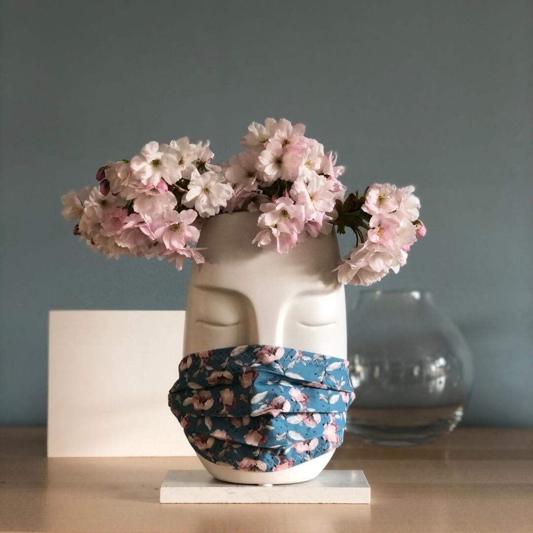 Błękitna maseczka w różowe kwiaty - MUCHAMA | JestemSlow.pl