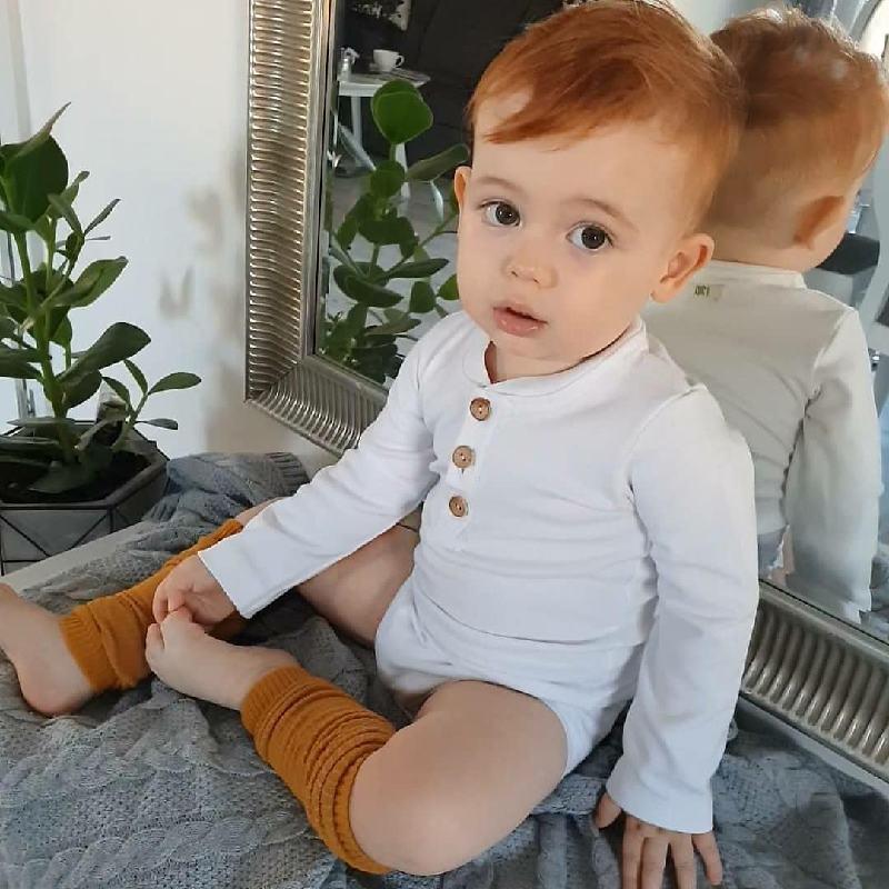 Białe body niemowlęce ze stójką dla chłopca, gładkie z długim rękawem. Zapinane drewnianymi guzikami oraz na bezniklowe napki. Bardzo eleganckie ubranko idealne na roczek, chrzest, uroczystości lub uzupełnienie wyprawki. Body wykonane ze 100% bawełny. Certyfikat Oeko-tex standard 100. Skład: Body - bawełna 100%