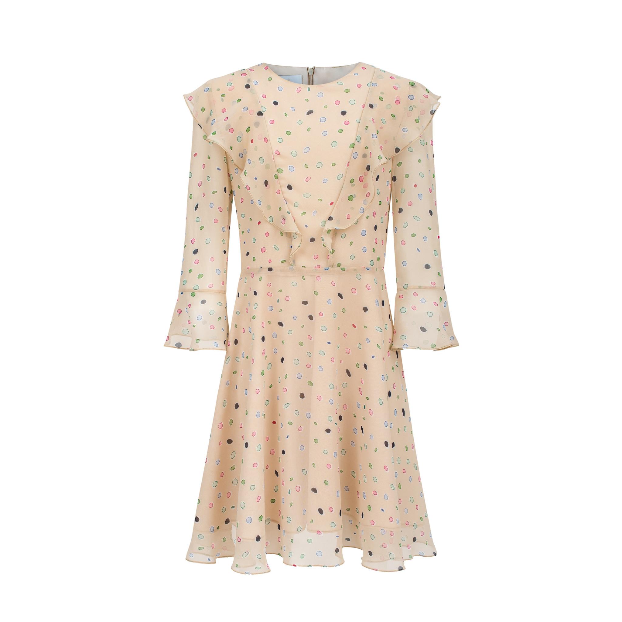 Rozkloszowana szyfonowa sukienka udekorowana delikatymi falbankami z przodu i z tyłu, na podszewce, rękaw również z falbanką. Zapina się z tyłu na kryty zamek. Dostępna w rozmiarach 116/122 cm, 128/134 cm, 140/146 cm, 152 cm Nadaje się do prania w pralce przy t 40C, prasowanie przy t 150 C