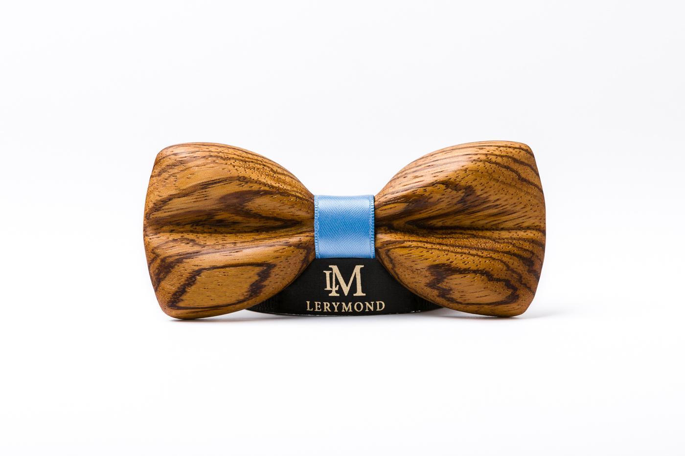 Muchy Lerymond są zaprojektowane i wytworzone w Polsce z najwyższej jakości naturalnego drewna. Każda mucha jest niepowtarzalna, jej kolor i rysunek zależy od użytego kawałka drewna. Jest wykonana trójwymiarowo przez co jest cienka i wyjątkowo lekka. Ręczne szlifowanie sprawiło, że jest idealnie gładka w dotyku. Dodatkowo zabezpieczona jest olejem. Każda mucha jest zapakowana w ekskluzywne pudełko. W celu dopasowania do państwa potrzeb prosimy wybrać kolor wstążki.