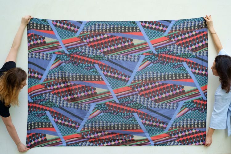 Ta chusta wykonana jest z mieszanki jedwabiu i bawełny Kusi oryginalnym wzorem projektu Manila Grace Połączenie czerni i geometrycznego kolorowego wzoru to rozwiązanie zarówno dla zwolenniczek klasyki jak i odważnych eksperymentatorek Chusty szyte są w krótkich seriach dzięki czemu są naprawdę wyjątkowym dodatkiem Sarong to duży kawałek materiału który można nosić na wiele sposobów jako spódnicę szal bluzkę lub sukienkę Koncepcja przywędrowała z krajów Azji i Oceanii ale podobne sposoby układania tkanin są powszechnie spotykane w krajach arabskich Indiach czy Afryce Dlaczego? Naturalne przewiewne materiały takie jak jedwab batik czy wiskoza idealnie sprawdzają się w gorące dni a forma pozostawia nieograniczone pole do ubraniowych eksperymentów Potraktuj chustę jak origami eksperymentuj baw się i znajdź najciekawszy sposób wiązania Przenieś tropikalny klimat w miejskie realia i ciesz się latem materiał: 70 bawełna 30 jedwab wymiary: 150cm x 200cm pranie: prać ręcznie w 30° używając płyn