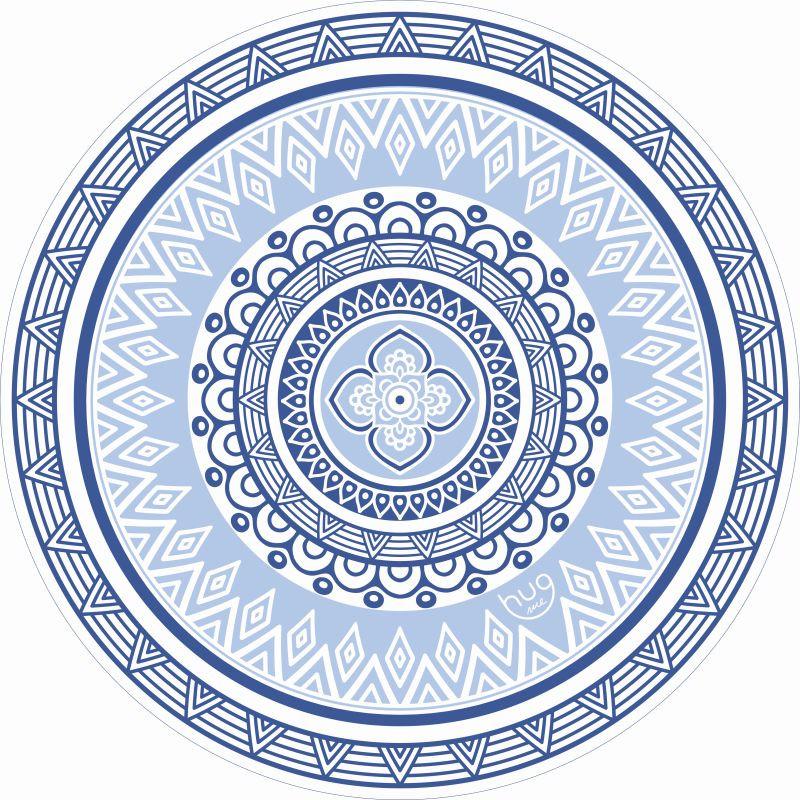 Przenieś się na egzotyczne plaże Okrągły ręcznik w nowej kolorowej wersji inspirowany portugalskimi kafelkami Biel błękit i granat to kolory które najbardziej kojarzą nam się z plażowaniem i rozgrzanymi słońcem dniami I chociaż nie każdy wybierze się do Portugalii albo na greckie wyspy to klasyczne połączenie kolorów na pewno przypadnie do gustu wszystkim którzy myślami są już na wakacjach Jak go nosić? Lubi plażę piasek i dobrą zabawę dzięki temu że ma aż 150 cm średnicy pomieści Ciebie solo jak i w towarzystwie Chętnie chodzi na piknik ale sprawdza się również jako kompan podczas wakacyjnych wędrówek A gdy skończą się wakacje z chęcią ułoży się na Twojej kanapie w charakterze narzuty przynosząc na myśl najlepsze wspomnienia i dodając wystrojowi Twojego domu lekkiej nuty boho Poznaj lepiej swój okrągły ręcznik i traktuj go z miłością · Ręcznik zrobiony jest w 100 z wysokiej jakości bawełny frotte 400 g m2 i wykończony delikatnymi frędzlami · Welurowa bawełna jest miła w dotyku i dobrz