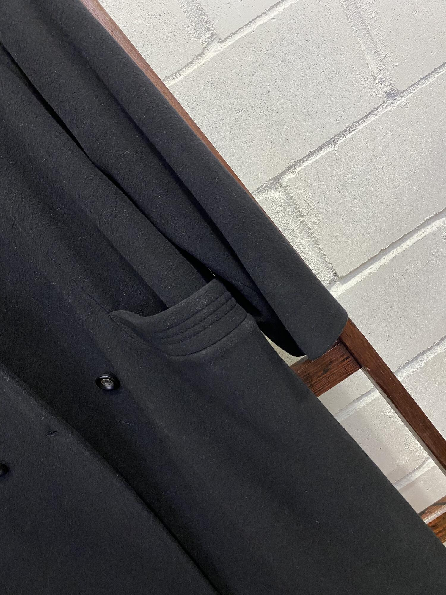 Czarny płaszcz dwurzędowy z kieszeniami PABIA - Vintage Store   JestemSlow.pl