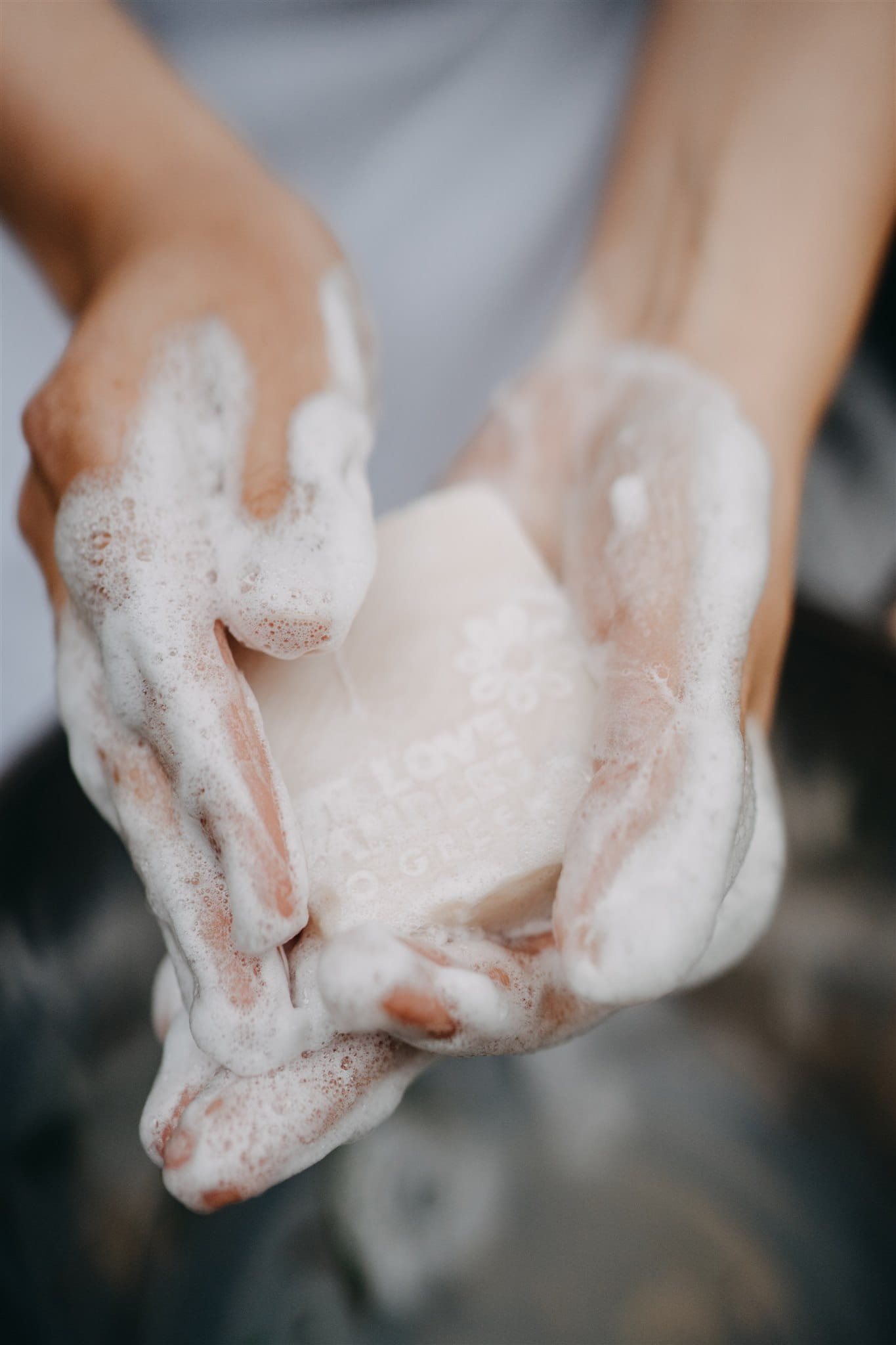 Ryżoto Ryżoto to kostka typowo pielęgnacyjna, działająca silnie nawilżająco i odżywczo. Zalecana jest do każdego typu skóry. Olej babassu, który jest bazą tego mydła jest silnie nawilżający, odżywczy i napinający skórę. Jego działanie wzmocniliśmy olejem ryżowym połączonym z masłem shea i oliwą z oliwek. Tyle dobra w jednej kostce może przyprawić o zawrót głowy! Olej ryżowy działa silnie odżywczo, regenerująco i hamuje procesy starzenia się skóry. Proteiny ryżu łagodzą podrażnienia. Masło shea jest bogatym źródłem witamin A i E, które chronią skórę przed wolnymi rodnikami. No i oliwa z oliwek, która natłuszcza, zmiękcza i odżywia naskórek. Ma ona wiele witamin i kwasów tłuszczowych, które skóra łapczywie pochłania. Mydełko nadaje się do pielęgnacji całego ciała, dobrze myje i nie pozostawia na skórze uczucia ściągnięcia. Wskazanie do stosowania: pielęgnacja każdego typu skóry. Działanie: nawilża i odżywia. Metoda wytwarzania: na zimno. Baza Mydła tworzone metodą na zimno należą do kate