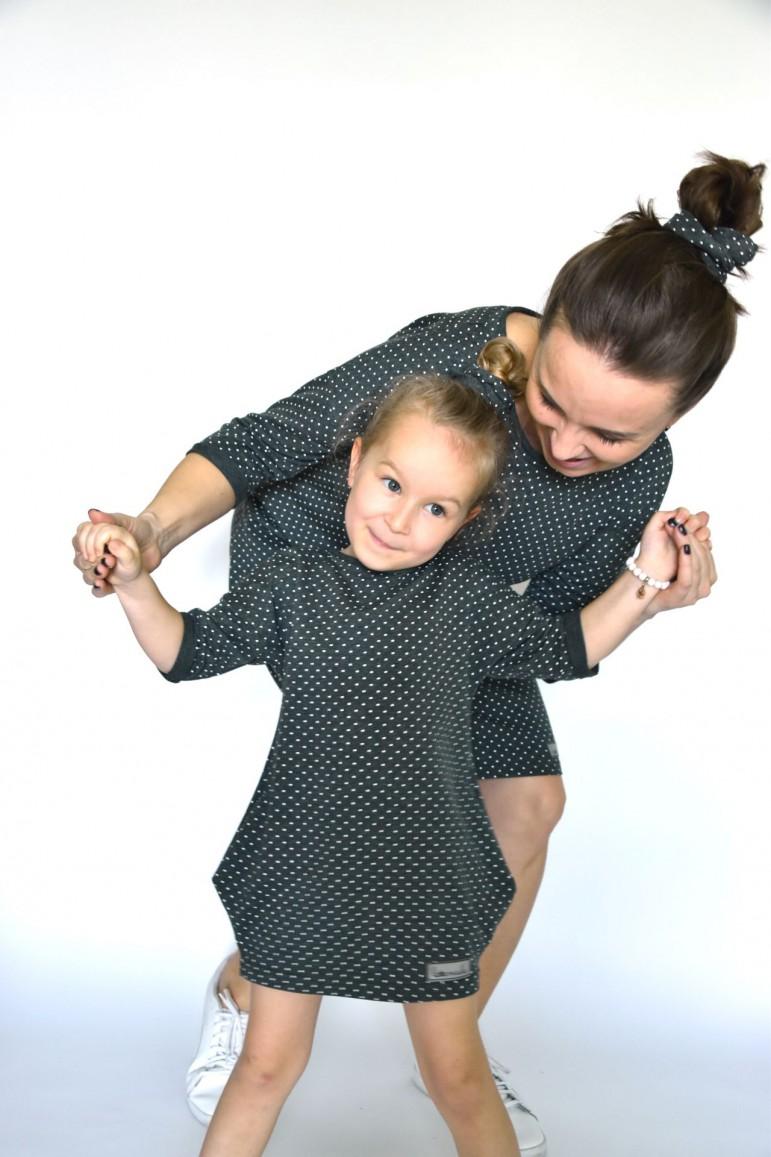 """Komplet oversize'owych sukienek typu tunika to propozycja dla nowoczesnej mamy i córki, które cenią sobie wygodę, uniwersalizm i styl. Obok tego duetu już nikt nie przejdzie obojętnie! Zestaw mama i córka to perfekcyjny wybór na spacer w parku, piknik, wyjście do kina, na zakupy, spotkania z bliskimi, rodzinny wyjazd, a dzięki propozycji dla taty i synka to przepiękna stylizacja na sesje rodzinne. Luźny fason sukienki idealnie sprawdza się też u mamy z brzuszkiem.Pięknie odszyty dekolt w łódkę, sprawiający wrażenie wykończenia na """"surowo"""" dodaje uroku stylizacji, kieszenie w bocznych szwach można wykorzystać pod względem praktycznym jaki i wizualnym. Obie, mama i córka, czują się i wyglądają fantastycznie w tym kroju!Sukienki można zakupić w zestawie (taniej) jak i każdą oddzielnie. Dokładny opis sukienki damskiej znajdziesz tutaj, a dziecięcej tutaj."""
