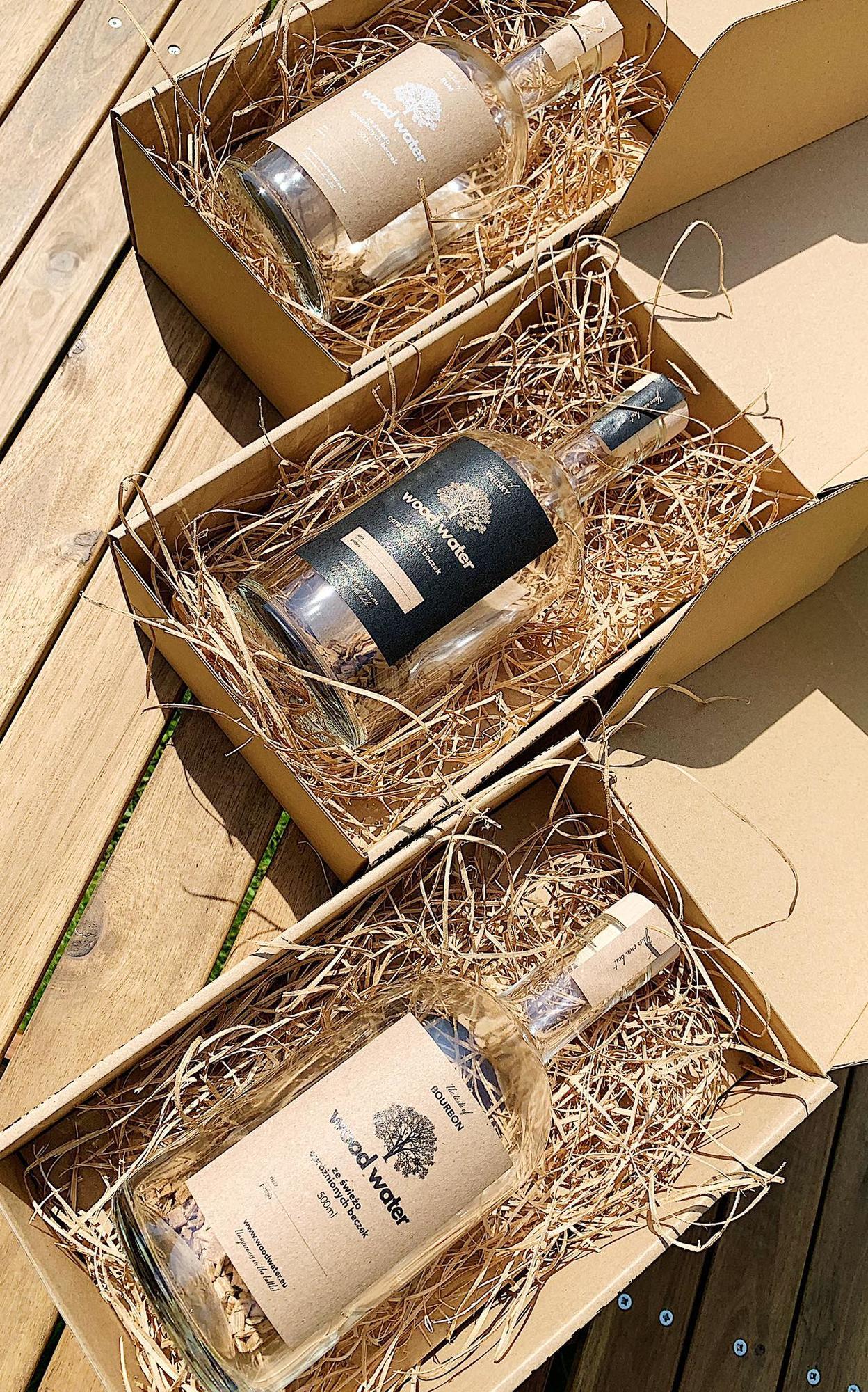 Wood Water to elegancki, smaczny i intrygujący pomysł na prezent! Wyróżnia się również prostotą – płatki wystarczy zalać dowolnie wybranym alkoholem i od tego momentu możemy obserwować zmieniający się kolor i poczuć oryginalny smak oraz zapach. Płatki drewniane są uzyskiwane w procesie rozdrobnienia świeżo opróżnionych beczek dębowych, które przesiąknęły leżakującym w nich alkoholem. Posiadają one doskonały aromat, dzięki czemu łagodzą zapach czystego alkoholu i dodatkowo nadają mu oryginalnego koloru. W prezentowanym zestawie oferujemy elegancką butelkę z drewnianymi płatkami pozyskanymi z dębowych beczek po whisky/rum/bourbon, które wystarczy zalać czystym alkoholem by uzyskać nietuzinkowy efekt. W zestawie: 1 butelka o pojemności 500 ml, płatki drewniane pozyskane z dębowych beczek po whisky/rum/bourbon, instrukcja obsługi, ozdobne opakowanie. Własnoręcznie zapakowany przez nas produkt zostanie do Ciebie przesłany w wyjątkowym pudełku. Dokładamy wszelkich starań, aby nasi klienci by