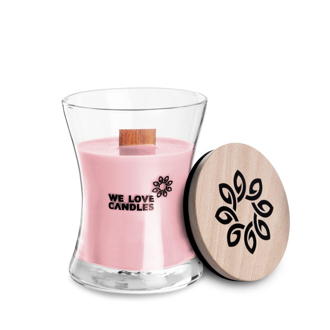 Kolekcja BASIC to sojowe świece zapachowe o soczystych kolorach i intensywnych, naturalnych zapachach inspirowanych codziennymi, prostymi przyjemnościami jakie niesie ze sobą życie. Świece z tej kolekcji zamknięte są w designerskie szklane pojemniki (zaprojektowane dla marki przez artystę-rzemieślnika) wytwarzane w polskiej hucie szkła. Pokrywkę stanowi drewniane wieczko, a całość dopełnia przyjemnie skwierczący w trakcie palenia drewniany knot. Dzięki prostej, ale ciekawej formie świece te stanowią niebanalny dodatek do domu, który szczególnie przypada do gustu fankom i fanom minimalizmu i życia w rytmie slow. Basket of tulips Świeca Basket of tulips to zapach bukietu tulipanów, który możesz roztoczyć w swoim domu o dowolnej porze roku. Zatem jeśli tęsknisz za wiosną koniecznie sięgnij po nasz kosz pełen tulipanów - szybko zabierze Twoje zmysły do wiosennych dni. Dodatkowym atutem palenia świecy jest to, że jej zapach utrzymuje się zdecydowanie dłużej, niż zapach świeżych kwiatów. Świ