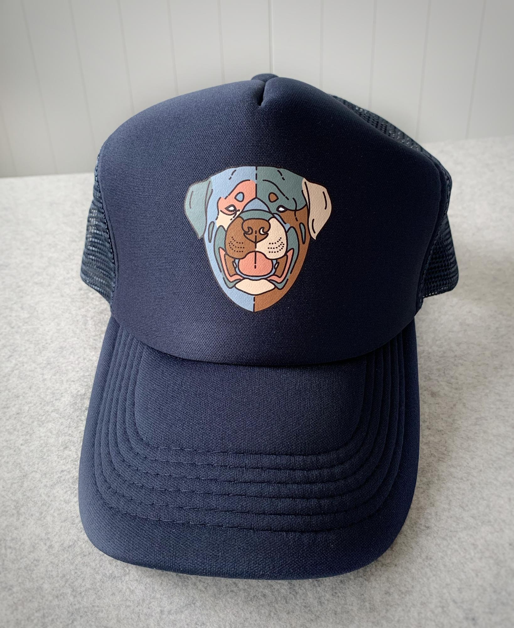 Granatowa truckerka z psem. Wzór z głową psa w barwach planety przyciągnie wzrok każdego. Plastikowa regulacja z tyłu. Wzór unisex. ONE SIZE