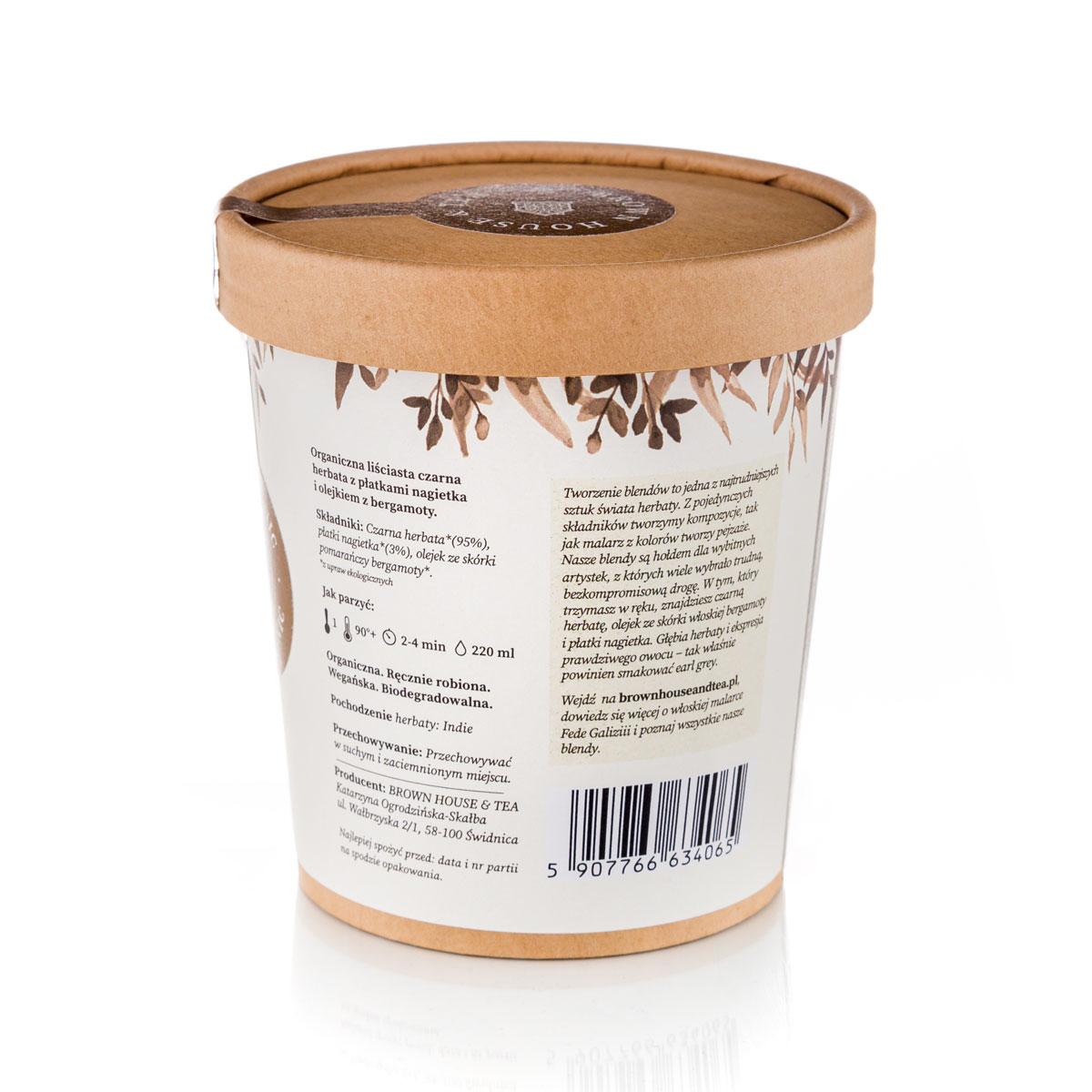 Kraftowa herbata Fede zrodziła się z potrzeby innego spojrzenia na earl grey. Znana niemal na całym świecie czarna herbata nasycona olejkiem bergamotowym pachnie i smakuje całkiem inaczej, gdy doda się do niej olej pochodzący z organicznych upraw. A zupełnie nowe oblicze zyskuje, jeśli dosypać do niej garść słonecznych płatków nagietka. Aromat, jakim otoczy Cię ta mieszanka, ożywi najpiękniejsze wakacyjne wspomnienia z podróży na południe Europy. O aromacie tej herbaty trudno opowiedzieć. Trzeba go samemu poczuć. Choć zapach oleju z bergamoty znany jest większości z nas, w tym organicznym blendzie, odkrywamy go na nowo. To także dzięki słodko-ziołowemu zapachowi suszonych płatków nagietka. Smak jest zdecydowany, ale w przeciwieństwie do klasycznych herbat typu earl grey – bardzo zrównoważony. Mówiąc krótko – atrakcyjny, pełen ekspresji, ale też nieco tajemniczy, zupełnie jak kobieta. Fede łączy bogactwo korzystnie wpływających na nasz organizm właściwości czarnej herbaty z tym, co kryj