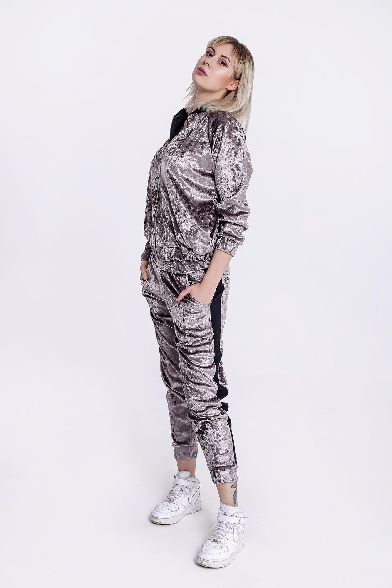 Bomberka i spodnie na pozór klasyczne, wykonane został z wysokogatunkowego weluru w kolorze srebrnym. Czarne wykończenia zmieniają typowy charakter kompletu i nadają mu wyrazistości.