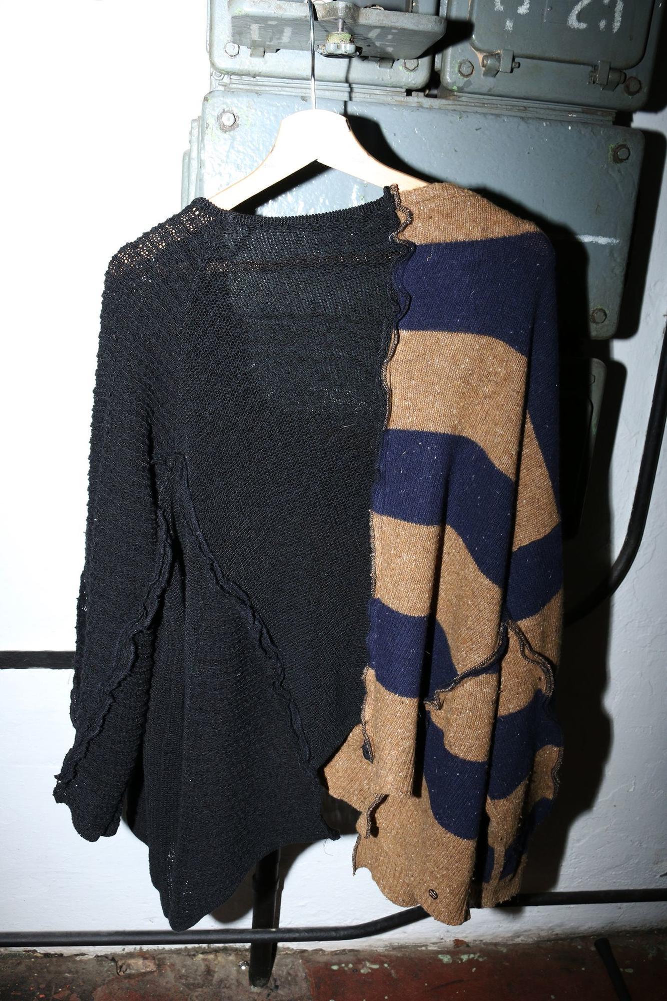 Sweter upcyclingowany z dwóch swetrów wełnianego w pasy firmy LEVIS i czarnego ażurowego z ciężkiej bawełny Asymetrycznie pocięty na dole różna długości Szeroki dekolt szeroka forma oversize Logo PtASZEK z tyłu 100 WEŁNA 100 bawełna Długość przodu 63 cm długość rękawa 68 cm długość tyłu 66 cm szerokość w klatce 146 cm Pranie ręczne wełna 30 Kolekcje są upcykingowane w autorskiej pracowni PtASZEK na zamówienie w limitowanych ilościach czas realizacji 7 dni POTRZEBUJESZ POMOCY MASZ PYTANIA ? Zadzwoń customer service 48608317395 lub wyślij e mail do nas