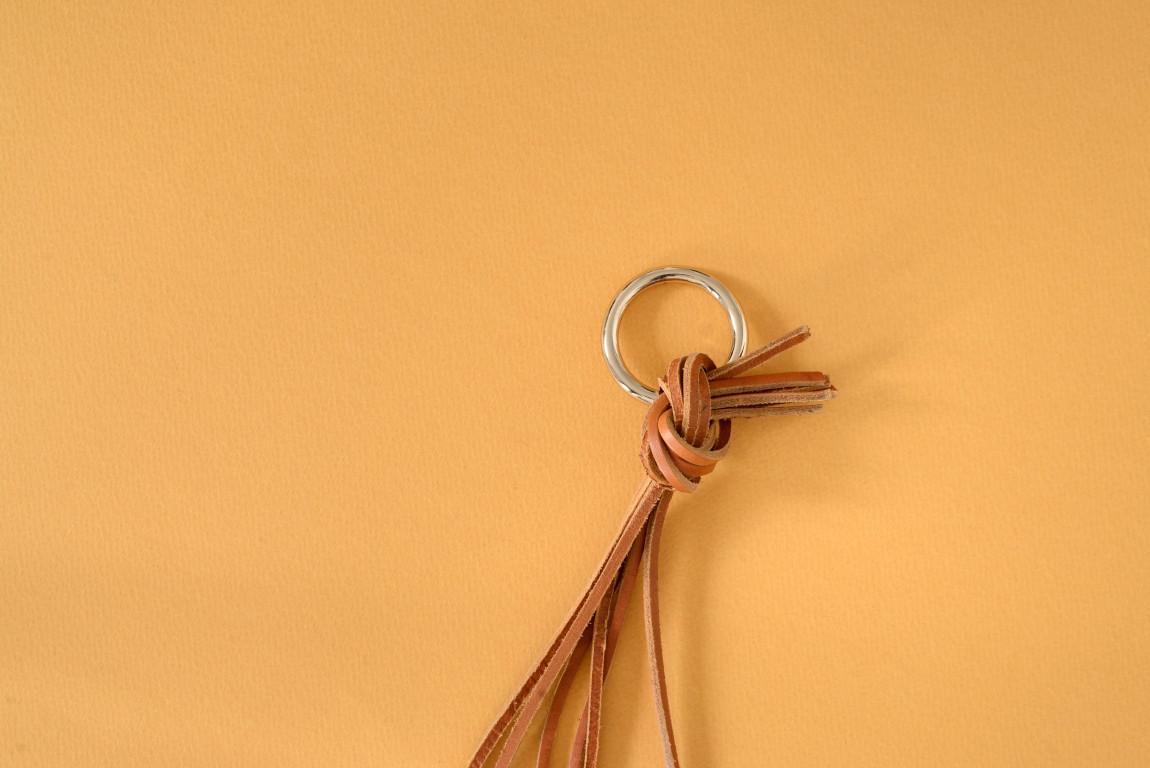 Skórzany kwietnik wiszący Lade to oryginalna dekoracja pozwalająca na nietypowe wyeksponowanie roślin Pasuje do różnych rozmiarów i kształtów donic Wariant 2 wykonany jest ze skóry barwionej na kolor jasnobrązowy Materiały: skóra bydlęca garbowana roślinnie nity i kółko metalowe w kolorze złotym Wymiary: długość min 80 cm Uwaga: kwietnik sprzedawany bez doniczki i kwiatka Skóra licowa to szlachetny materiał Aby pięknie się starzał należy dbać o niego korzystając z preparatów do pielęgnacji skóry licowej