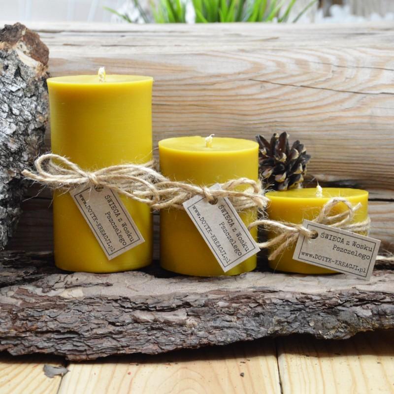 """Świeca wykonana jest w 100% z czystego, naturalnego, żółtego WOSKU PSZCZELEGO. Wosk pozyskujemy wyłącznie od polskich pszczelarzy i starannie topimy go w niskiej temperaturze, aby nie stracił swoich właściwości.Świeca pozostawia w pomieszczeniu delikatny i przyjemny zapach miodu, jest to naturalna aromaterapia. Spala się bezdymowo. Daje jasne, ciepłe światło, pełne blasku. Przy pierwszym zapaleniu świeca powinna się palić przez około 3 godziny, wosk powinien roztopić się do ścian świecy. Na wierzchu powinna być warstwa płynnego wosku (jeżeli o to nie zadbamy w świecy powstanie """"tunel"""", który utrzyma się do końca palenia świecy, co skróci czas palenia). Knot przed każdym rozpaleniem świecy przycinamy do długości 5 mm. CZAS PALENIA świecy: około 50 h. Płomień świecy woskowej jonizuje ujemnie powietrze, co ma pozytywny wpływ na zdrowie, łagodząc dolegliwości układu oddechowego, chorób płuc, astmy, kataru i alergii. Oczyszcza powietrze z nieprzyjemnych zapachów, pleśni, wirusów, pyłu i kur"""