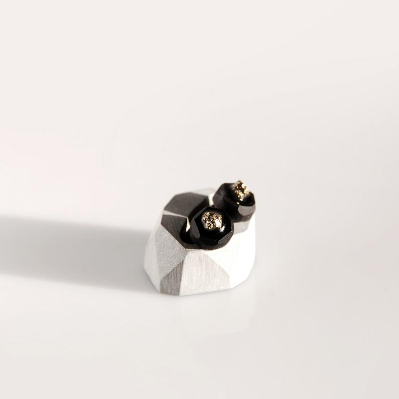 Unikatowe kolczyki wykonane z naturalnego pirytu i czarnej żywicy jubilerskiej. Wymiary: 10mm, wysokość 8mm. Sztyft i zatyczki ze stali chirurgicznej (antyalergiczne).