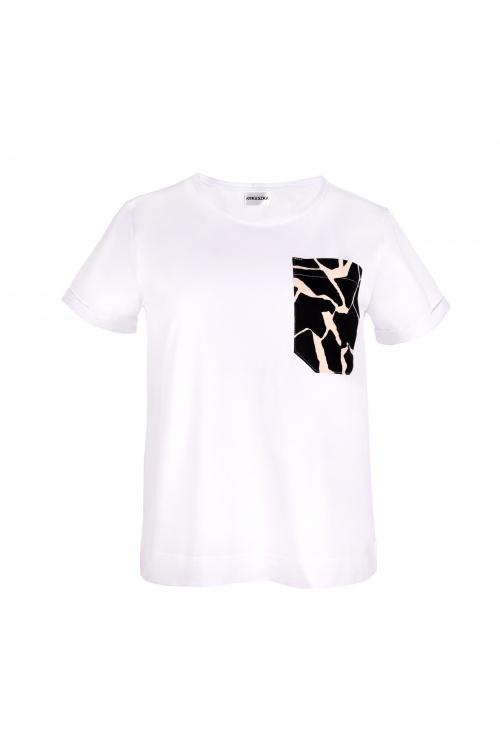 Fason oversize. Dostępna w rozmiarach: S – L. Żyrafa uszyta została w wersji białej i czarnej. Skład: 100% certyfikowana bawełna. Nasze produkty są projektowane i szyte w Polsce w krótkich seriach. Nie odmawiaj sobie wysokiej jakości - t-shirt towarzyszy Ci codziennie! Czas realizacji zamówienia: maksymalnie 5 dni roboczych. Kolory mogą się nieznacznie różnić w rzeczywistości.