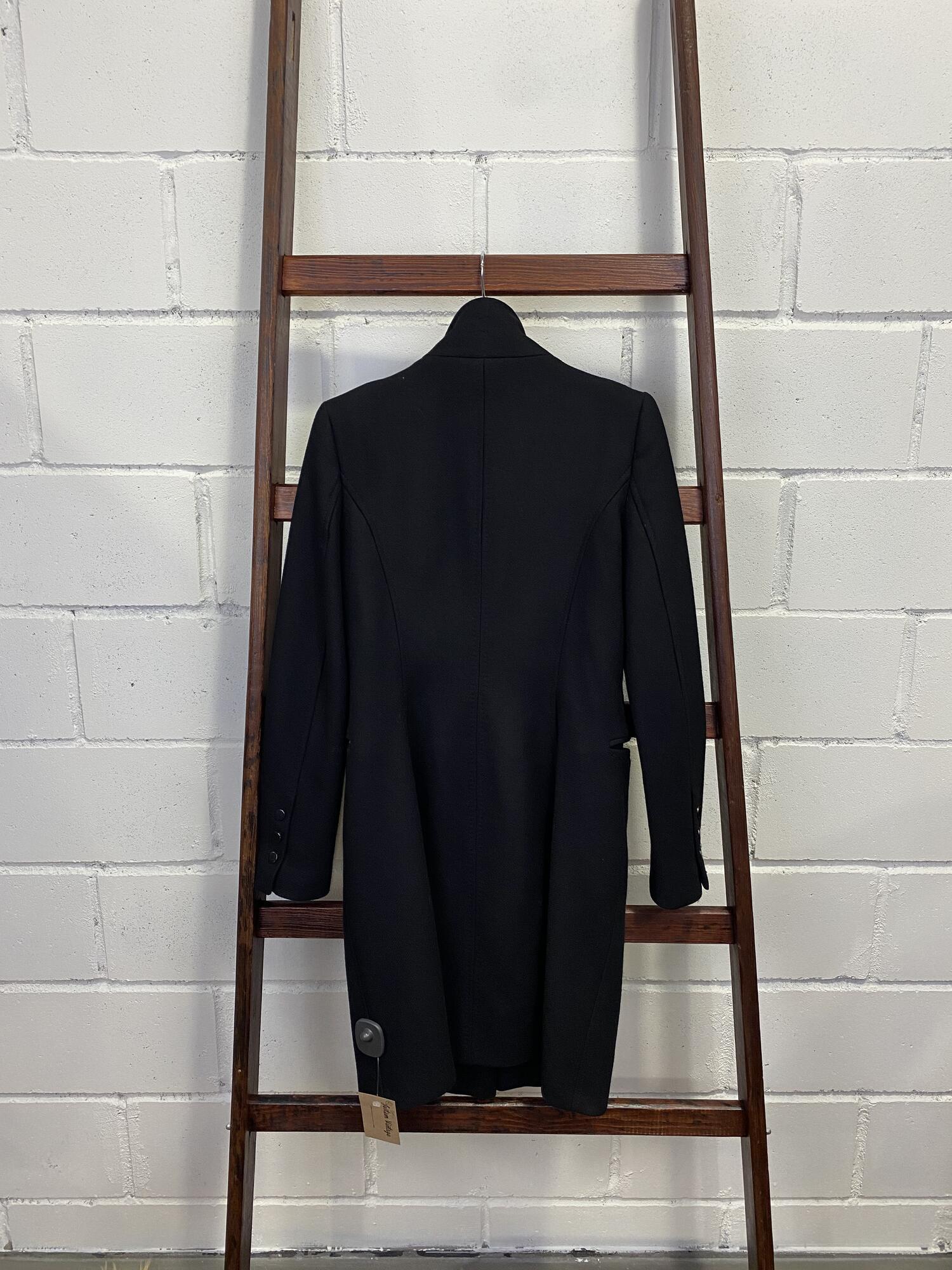 Taliowany czarny płaszcz z prostym kołnierzem - Vintage Store | JestemSlow.pl