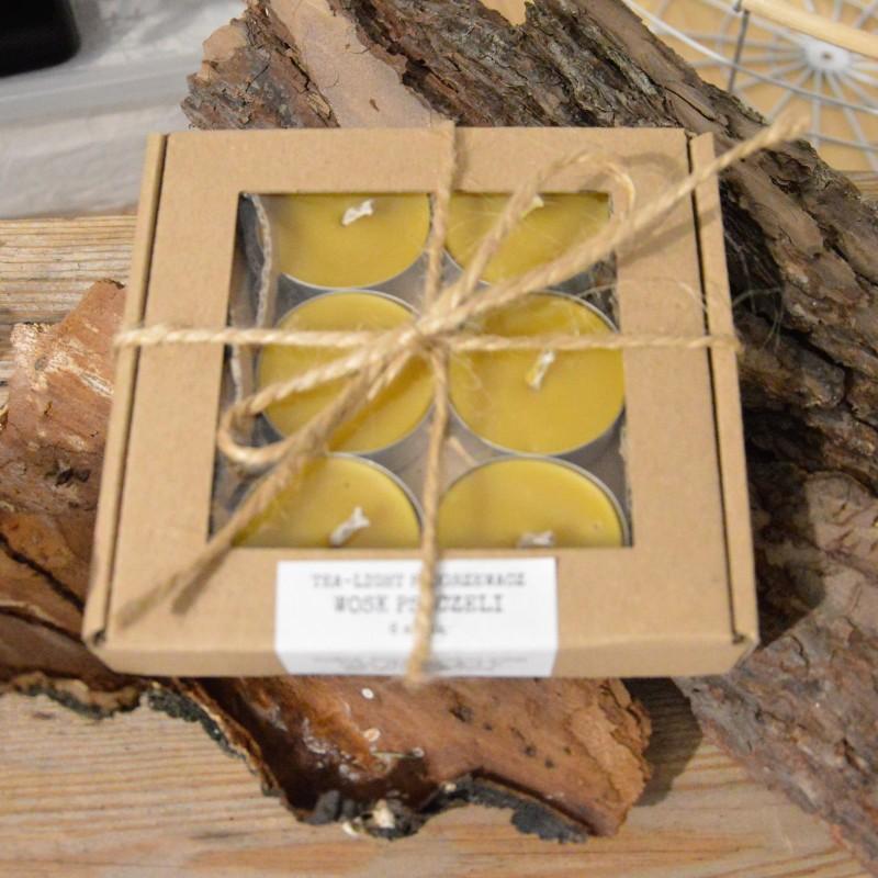 Świeczki PODGRZEWACZE wykonane są w 100% z czystego, naturalnego WOSKU PSZCZELEGO. Wosk pozyskujemy wyłącznie od polskich pszczelarzy i starannie topimy go w niskiej temperaturze, aby nie stracił swoich właściwości. Świeczki pozostawiają w pomieszczeniu delikatny i przyjemny zapach miodu, jest to naturalna aromaterapia. Spalają się bezdymowo. Dają jasne, ciepłe światło, pełne blasku. WOSK PSZCZELI Zalety dla ciała: Płomień świecy woskowej jonizuje ujemnie powietrze, co ma pozytywny wpływ na zdrowie, łagodząc dolegliwości układu oddechowego, chorób płuc, astmy, kataru i alergii. Oczyszcza powietrze z nieprzyjemnych zapachów, pleśni, wirusów, pyłu i kurzu. Działa leczniczo na układ krążenia, stabilizuje ciśnienie krwi, podnosząc wydolność organizmu, ułatwia koncentrację, zapamiętywanie i skupienie myśli. Palenie świecy woskowej unieszkodliwia działanie promieniowania elektromagnetycznego, wytwarzanego przez urządzenia elektroniczne i elektryczne, takie jak: komputer, telewizor, telefon k