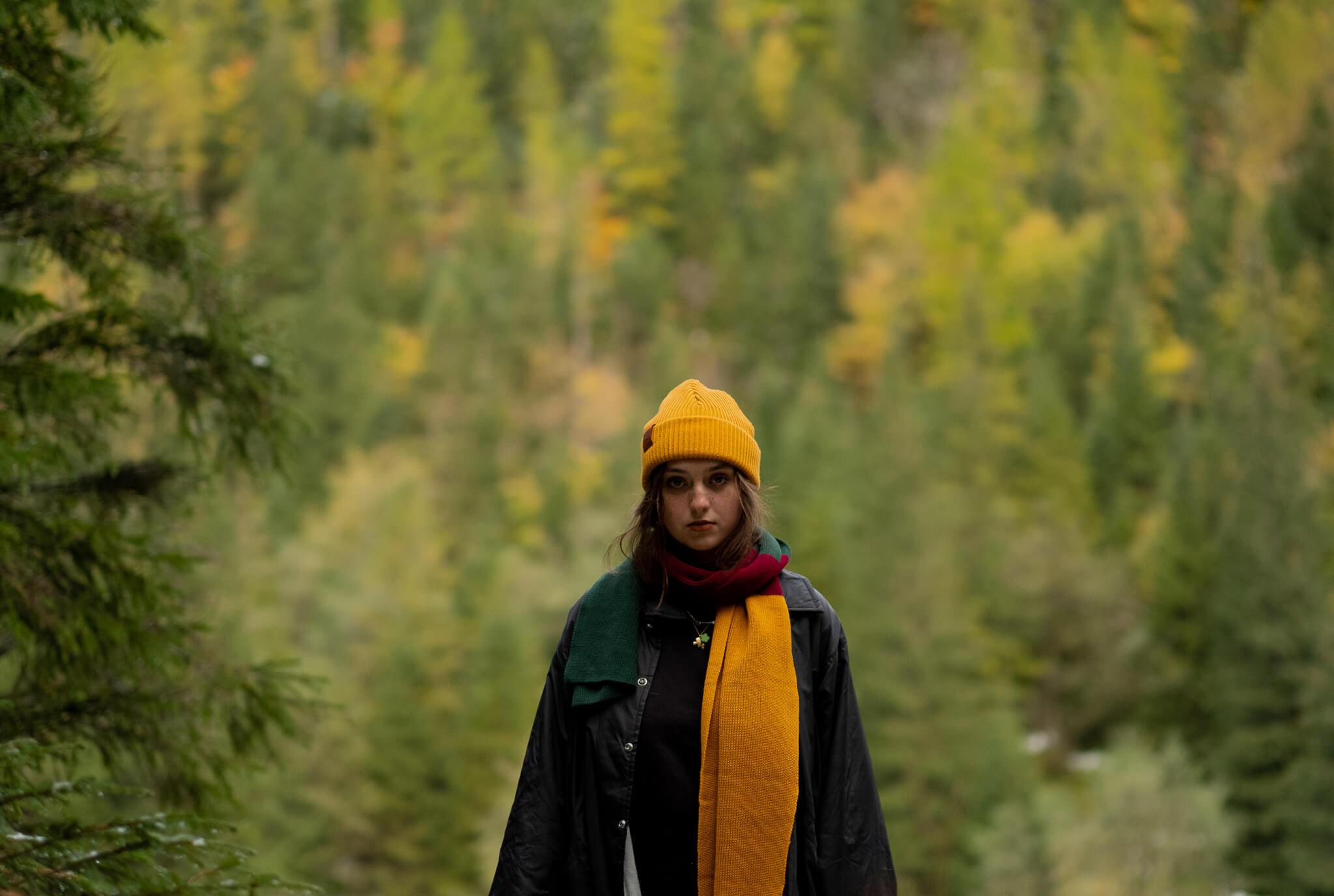 Kolekcja klasycznych szalików KABAK to ponadczasowe modele w eleganckich acz wyrazistych kolorach stanowiące doskonały dodatek do każdej nie tylko jesienno zimowej stylizacji Nasze jednokolorowe szaliki są w stu procentach bawełniane a cienki włóczkowy splot którym zostały wykonane nadaje im charakteru szalików robionych na drutach przez nasze babcie Dzięki prostokątnemu uniwersalnemu krojowi oraz stonowanej kolorystyce klasyczne szaliki KABAK są idealną opcją zarówno dla kobiet jak i mężczyzn Załóż je do eleganckiego płaszcza letniego trencza czy sportowej kurtki – gwarantujemy że w każdym przypadku KABAKowy szalik będzie doskonałym uzupełnieniem stylizacji Klasyczne szaliki KABAK są dostępne w pięciu wersjach kolorystycznych: butelkowo zielonej błękitnej bordowej granatowej oraz trójkolorowej butelkowa zieleń bordo i musztarda Skład: 100 bawełna Wymiary: 29 5 x 195 cm Instrukcja prania: szaliki KABAK można prać w pralce w temperaturze maksymalnej 30 st C Stanowczo radzimy nie wybiela